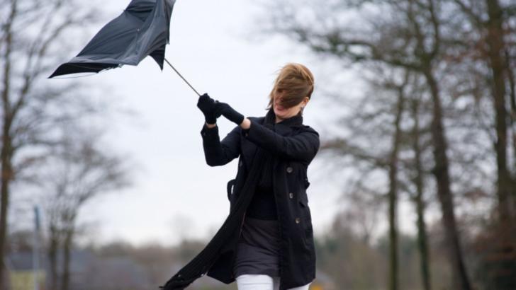 Vremea se schimbă din nou. Ploi, frig și vânt, până luni. La munte va ninge