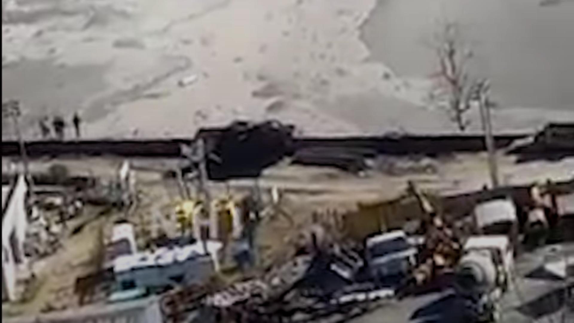 Ghețar desprins care lovește un baraj, în India