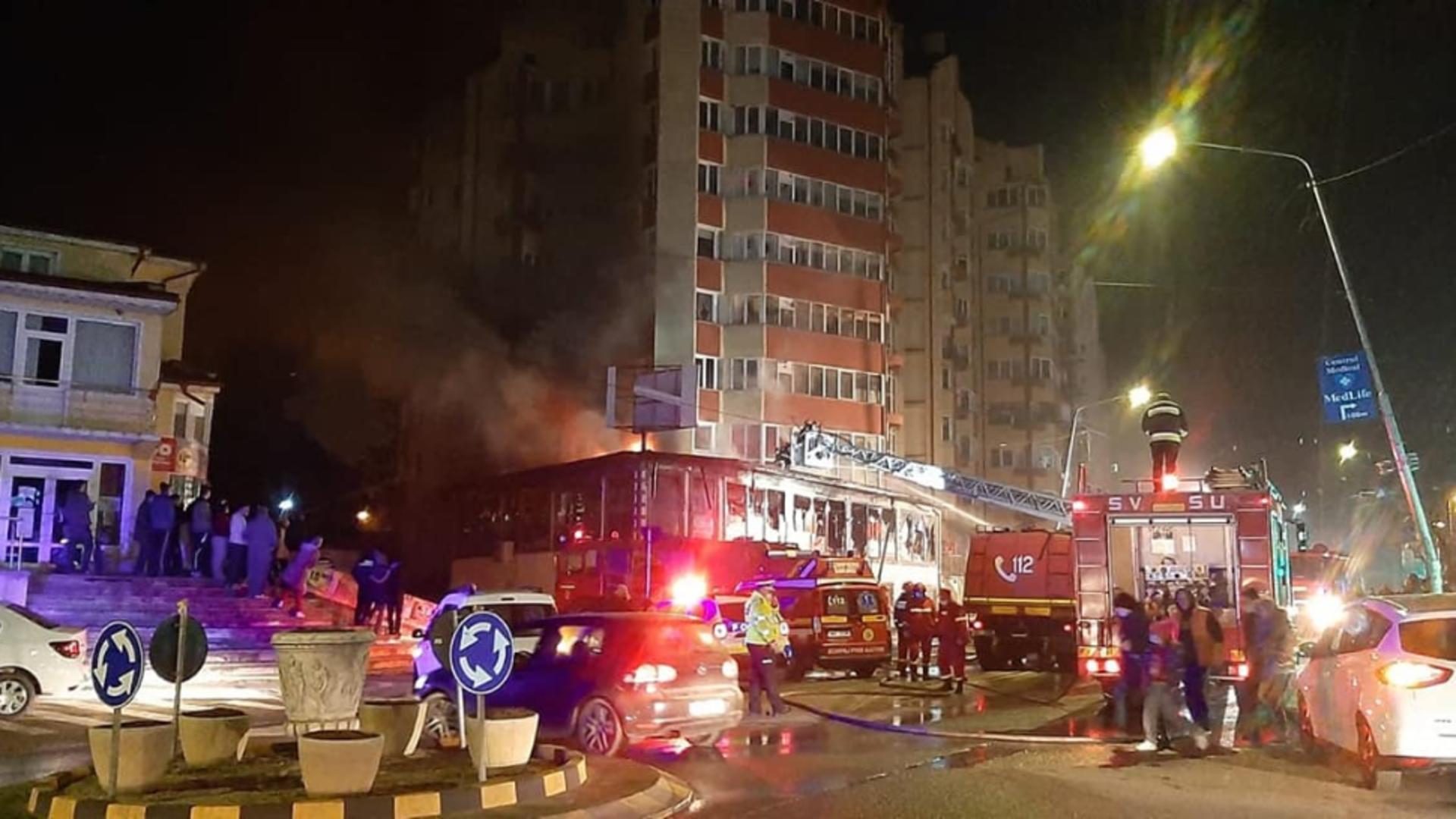 Un incendiu a cuprins, vineri seara, un magazin din Petroşani, aflat la doar câţiva metri de un bloc de locuinţe
