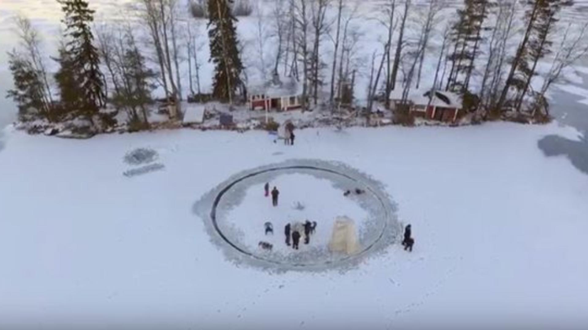 Un grup de finlandezi vor să doboare recordul la cel mai mare carusel de gheață