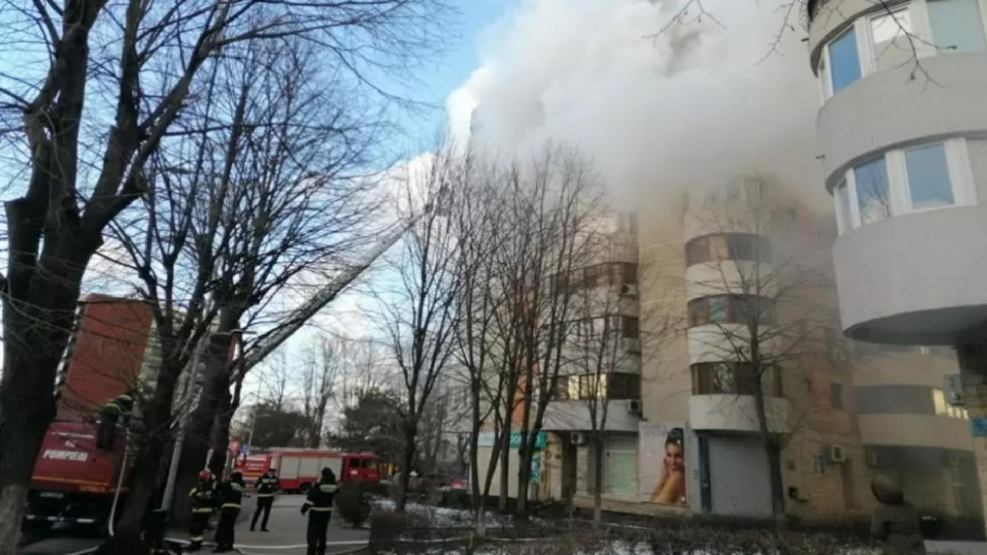 Incendiu Constanța: O femeie a murit după ce a căzut în gol de la etajul 6