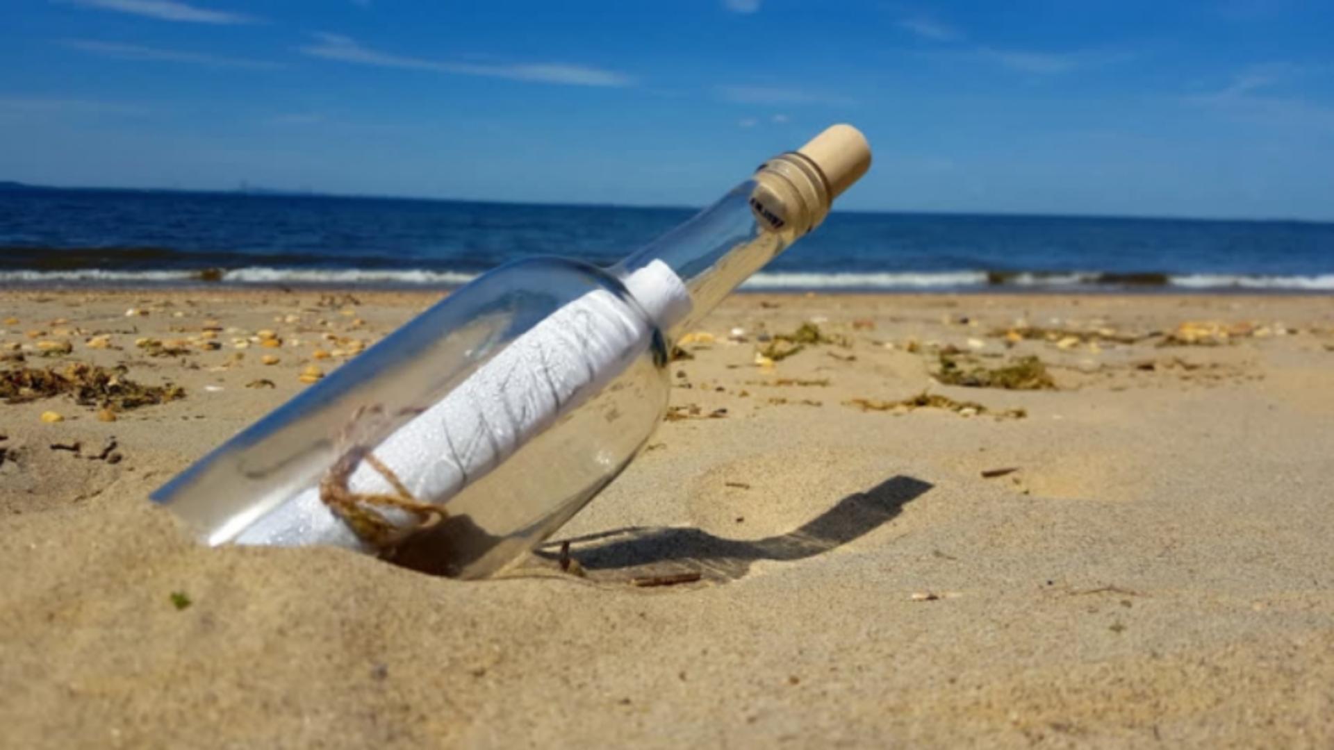 Pe plajă, a găsit o sticlă cu un mesaj înăuntru. După ce l-a citit, nu s-a mai oprit din plâns