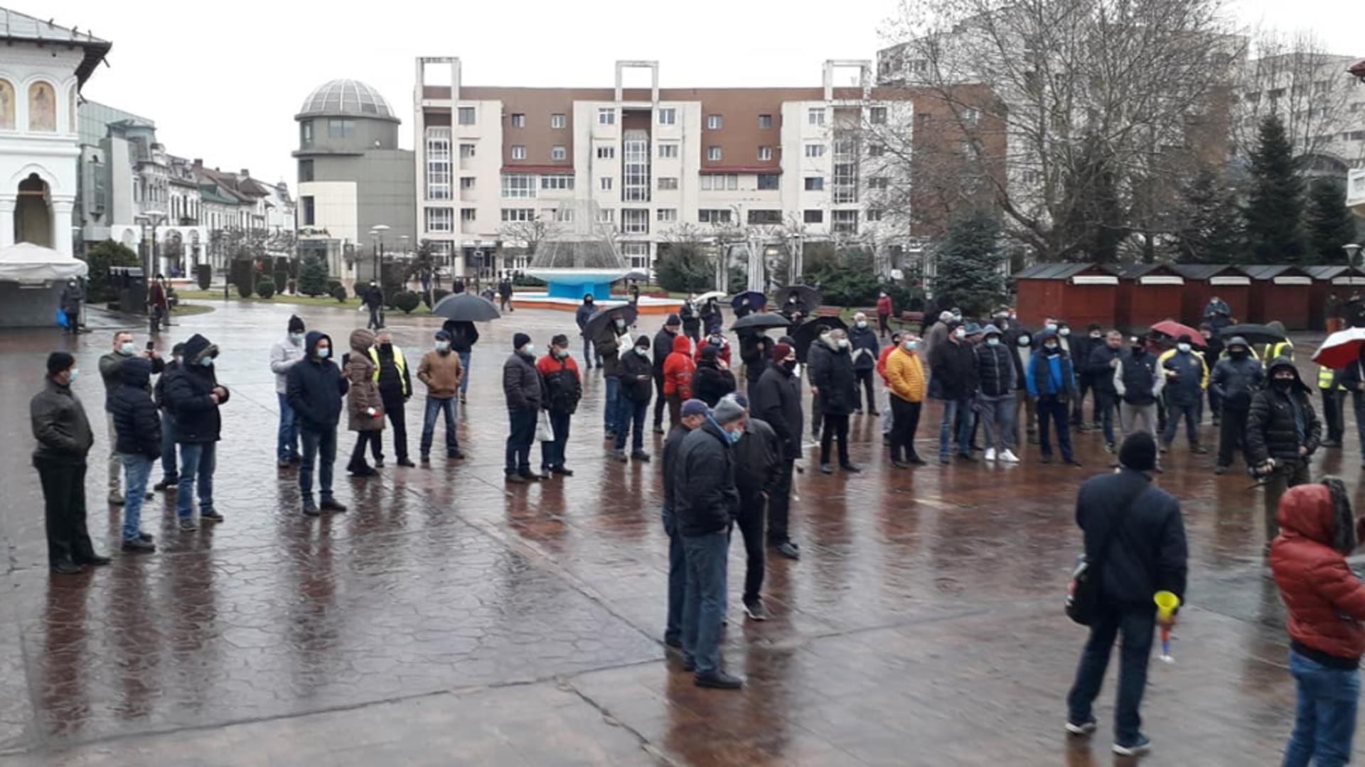 Minerii protestează în centrul orașului Tg. Jiu (sursă foto: Radio Infinit)