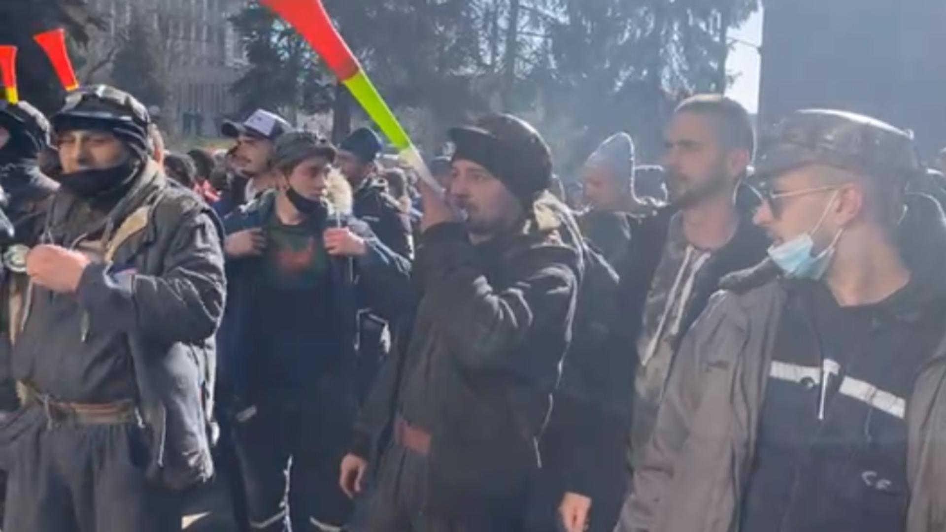 Minerii protestează la Parlament pentru pensionare anticipată - Peste 8.000 vor fi concediați în următoarele luni