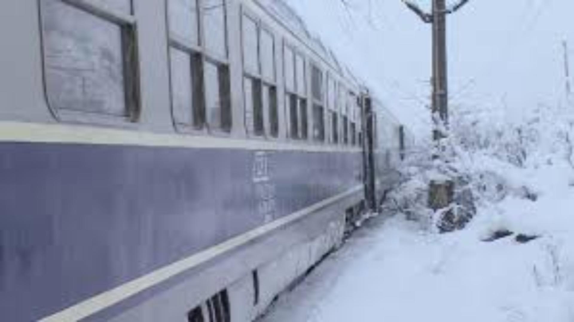 Tren blocat de zăpadă (foto arhivă)