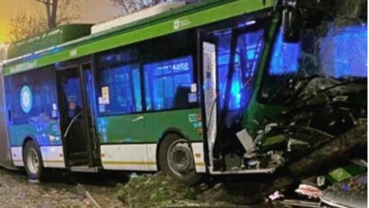 Autobuz distrus într-un accident, la Milano