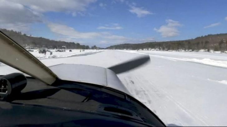 Un avion aterizează pe pista înghețată a unui lac