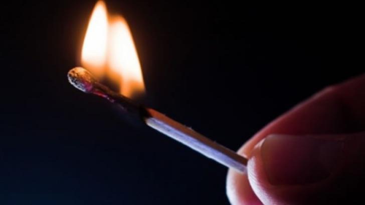 Bărbatul a suferit arsuri la nivelul ambelor mâini şi la nivelul coapsei drepte