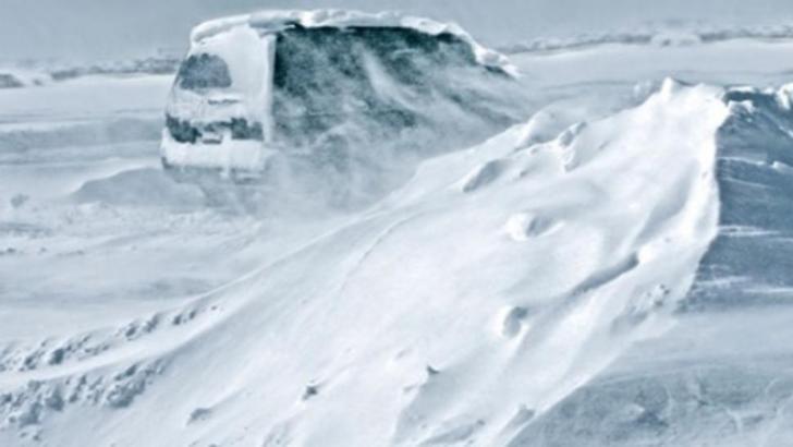 Autoturism blocat în zăpadă
