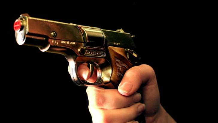 Bărbatul care și-a împușcat prietena cu un pistol cu bile a fost arestat preventiv - El este cercetat pentru lovire sau alte violenţe şi ameninţare