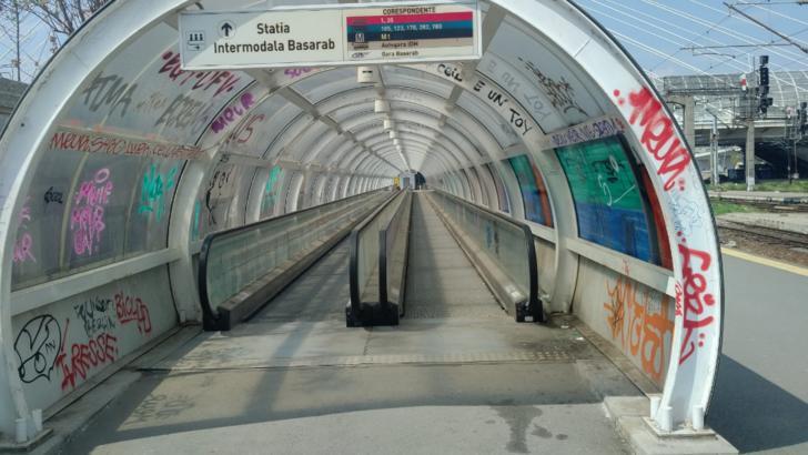 Gara de Nord și Gara Basarab trebuiau să aibă o legătură pietonală între ele. Trotuarul rulant există, dar este în paragină. Foto: clubferoviar.ro