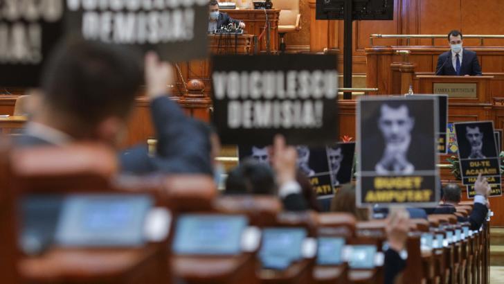 La nici două luni de când e ministru, Vald Voiculescu a dat primul examen politic - moțiunea simplă pe Sănătate