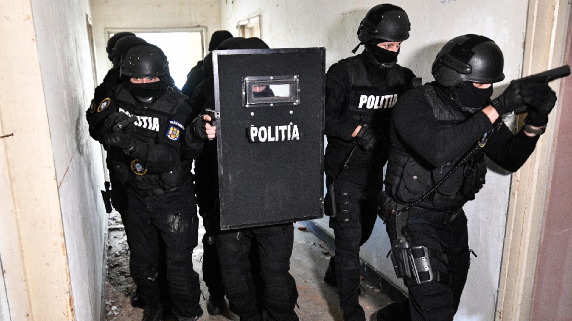 Polițistul care a coordonat cazul Onești a fost transportat în stare gravă, la spital / Foto: Inquam Photos, Justinel Stavaru