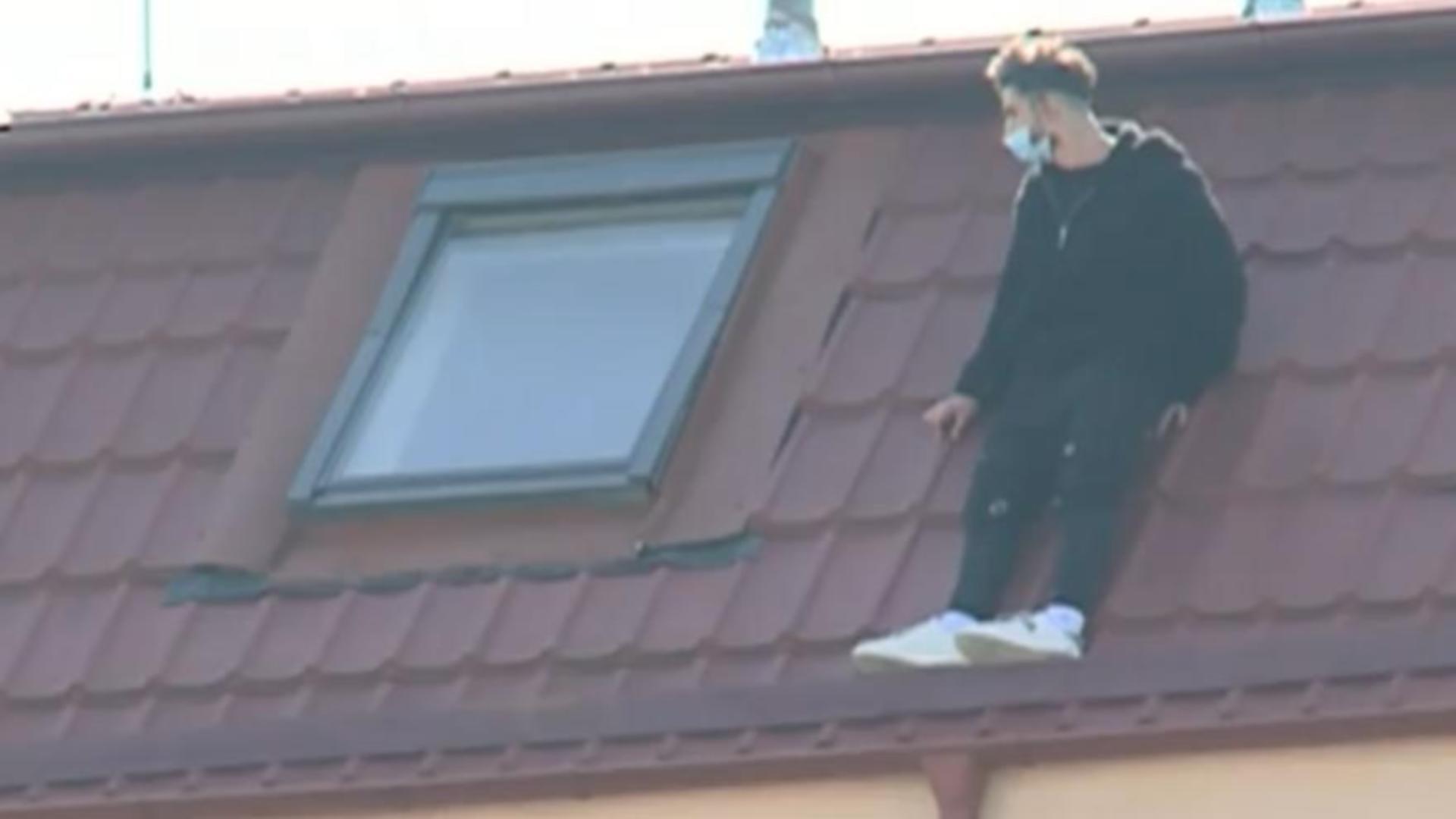 Bărbatul ar fi stat pe acoperișul clădirii mai bine de două ore
