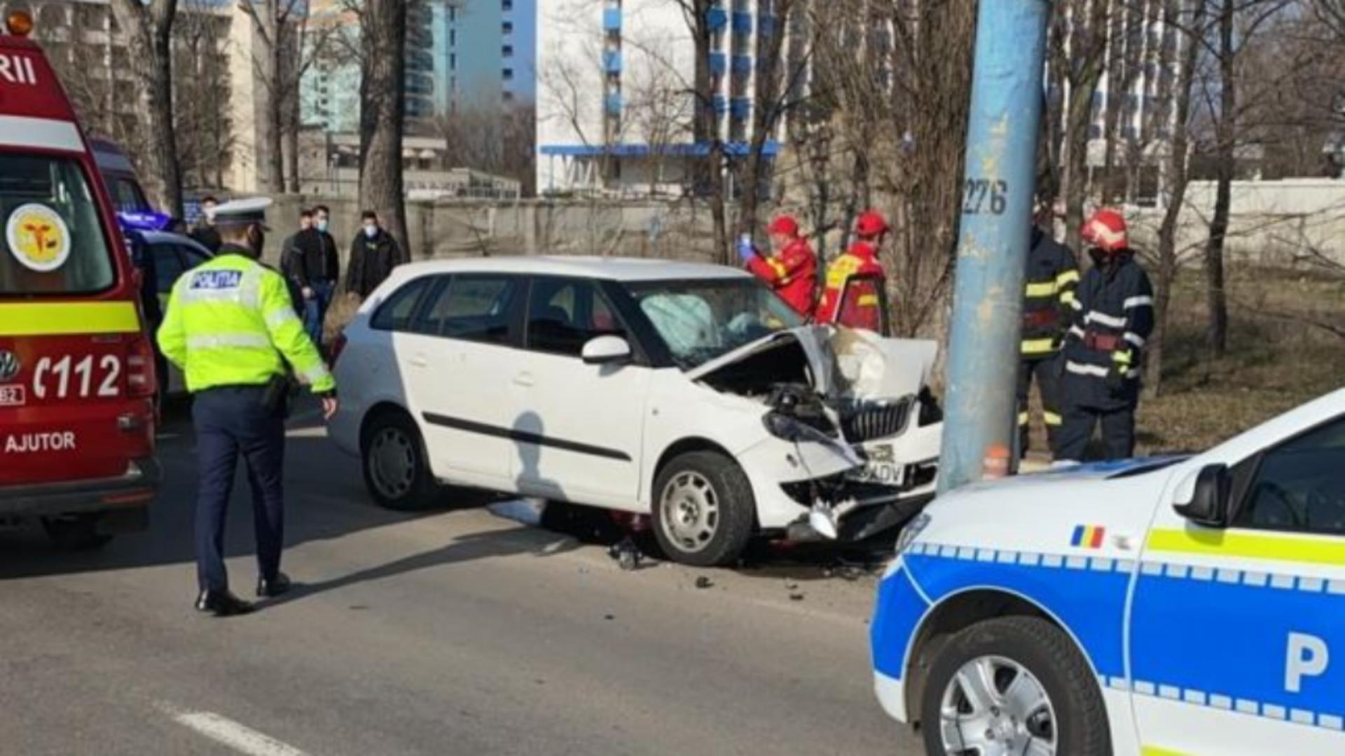 Unui constănțean i s-a făcut rău la volan și a intrat cu mașina în stâlp