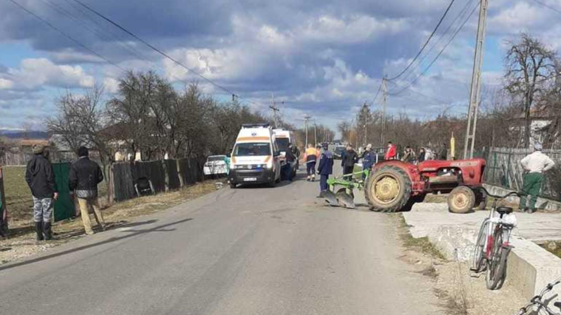 Un autoturism și un tractor s-au lovit frontal