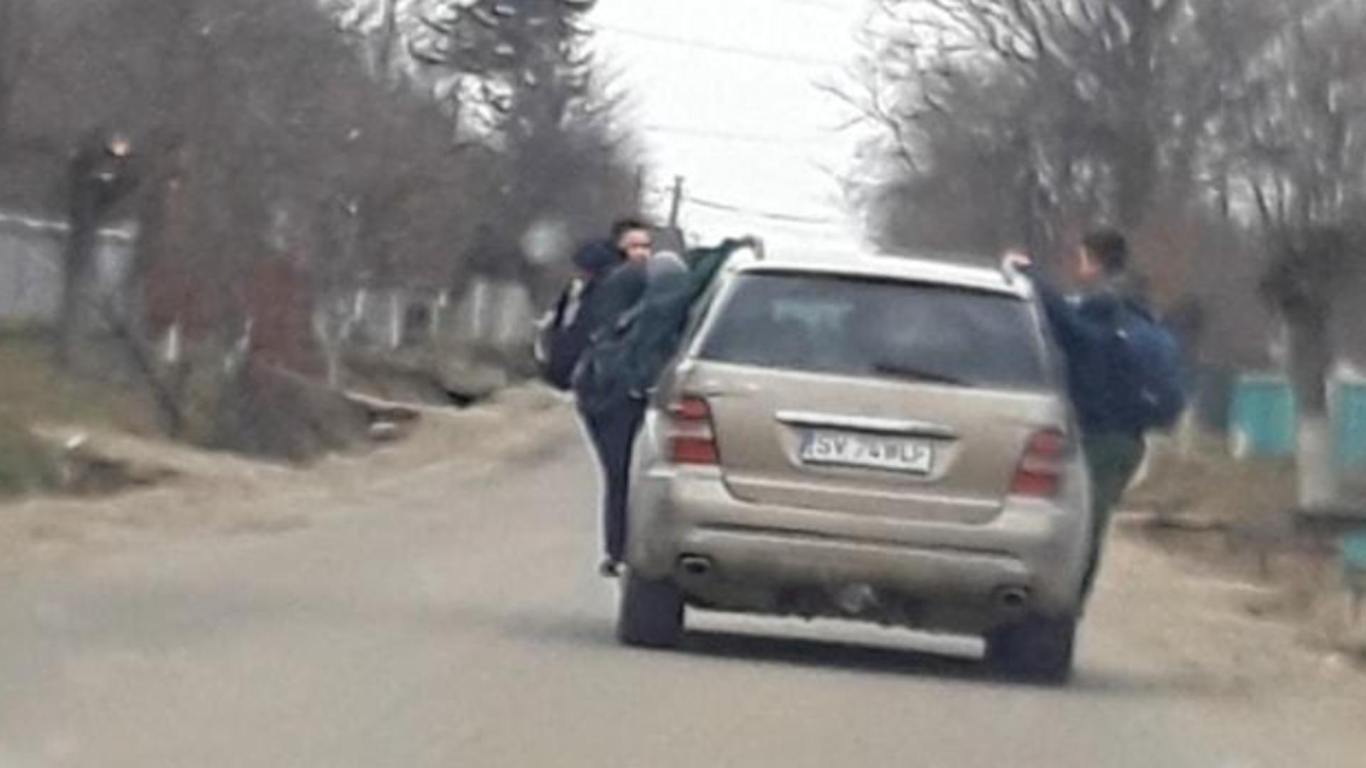 Elevi luați la ocazie de la școală... pe mașină Foto: Captură TV