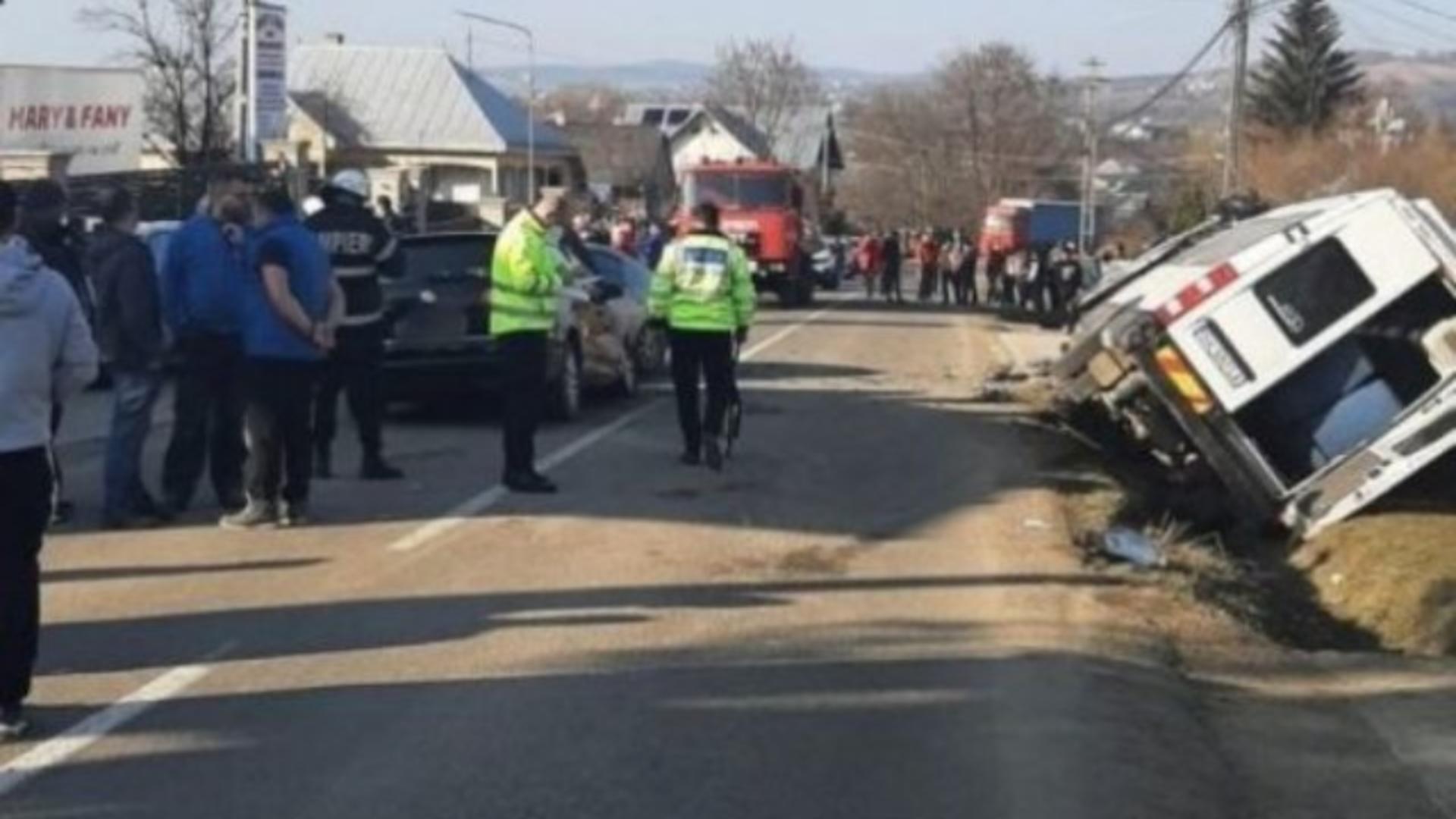 Şoferul a intrat în coliziune laterală stânga spate cu maşina care semnaliza pentru a schimba direcţia de mers