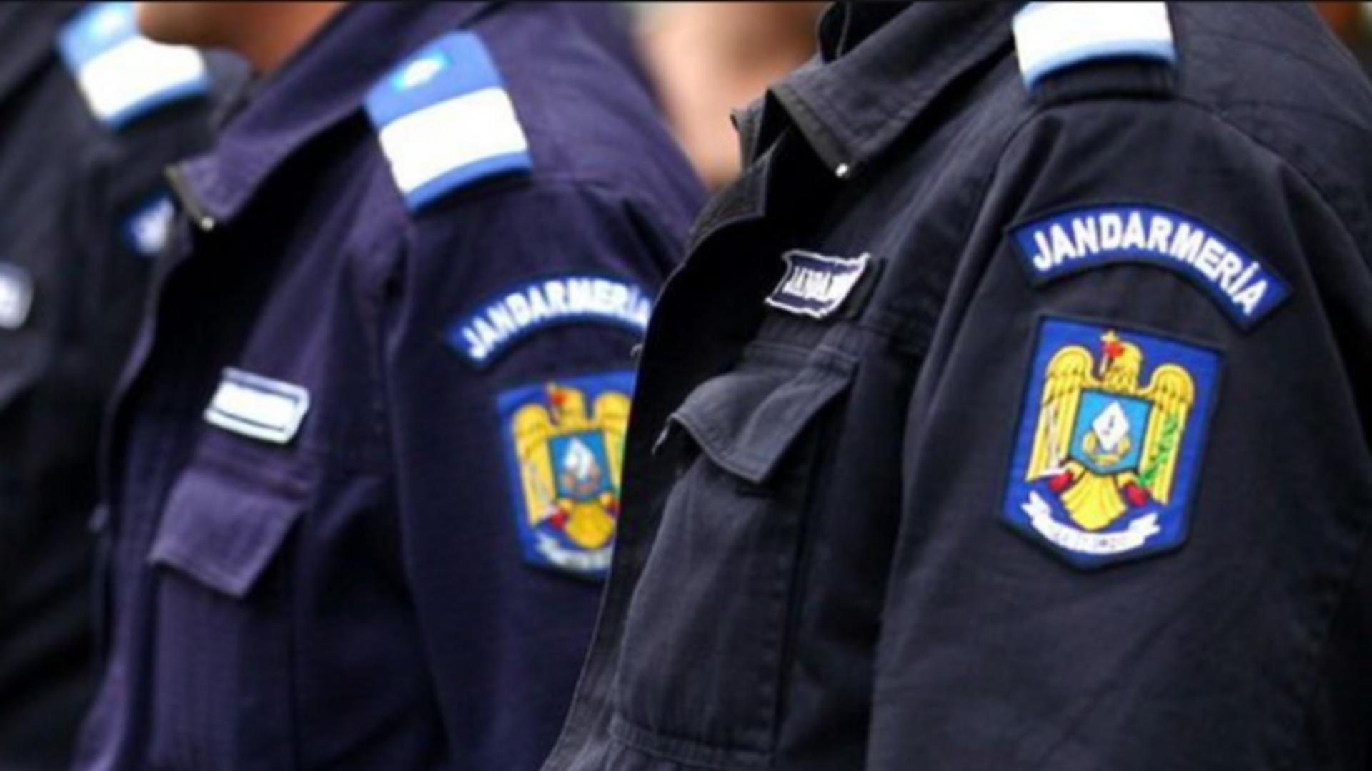 Jandarmi care dau amenzi fără mască