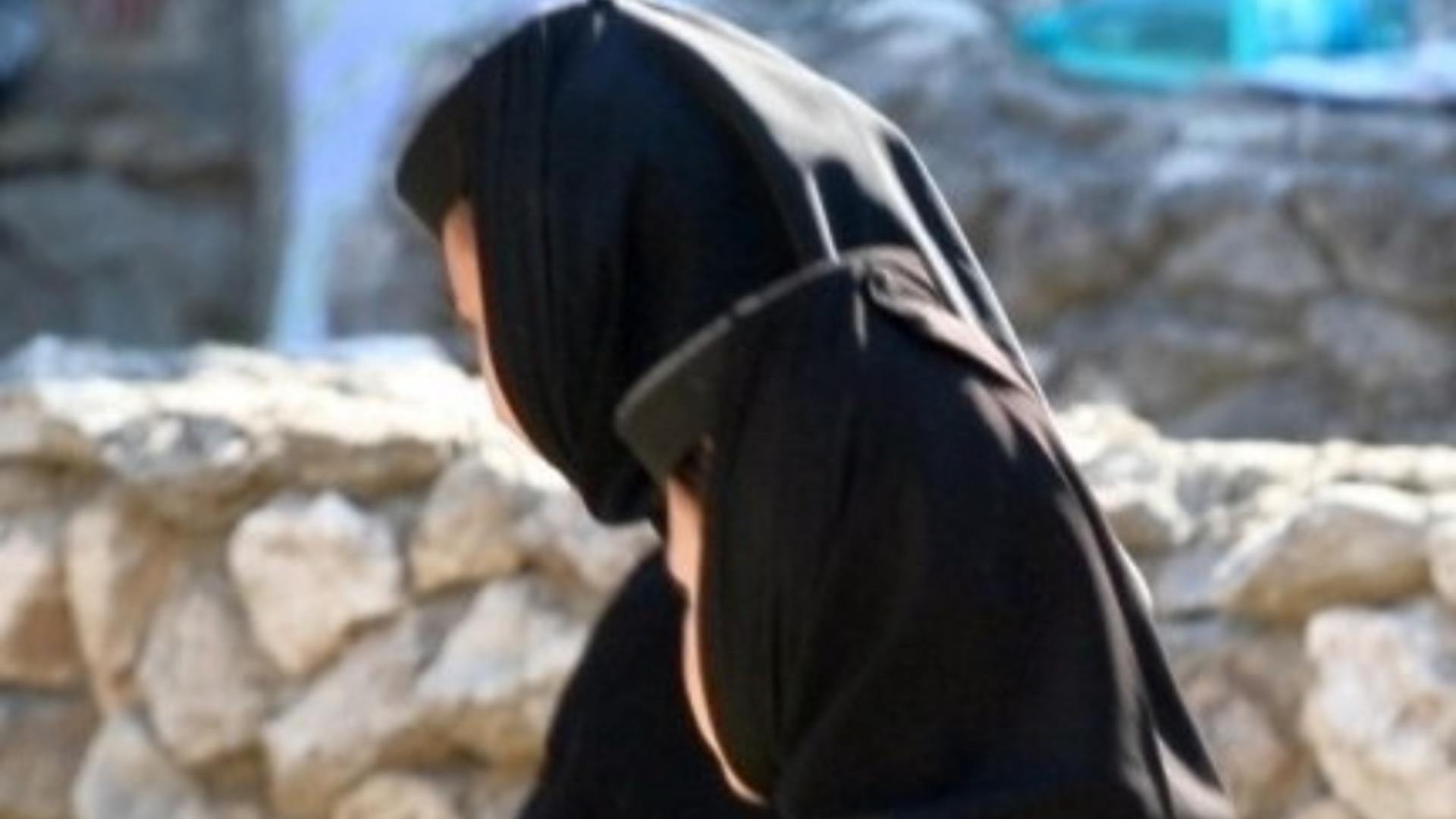Un cerșetor a găsit o modalitate surprinzătoare de a face bani: s-a îmbrăcat în haine de măicuță