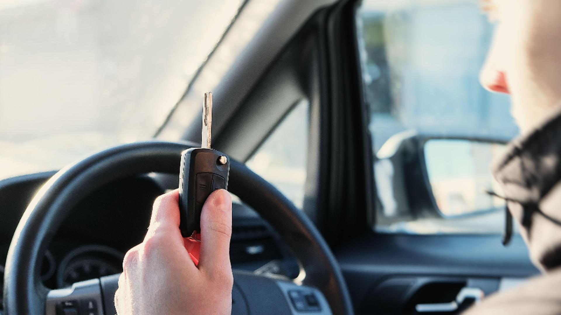 Când a fost oprit, oamenii legii au găsit în autoturism un pistol și trei cartușe / Foto: Profi Media