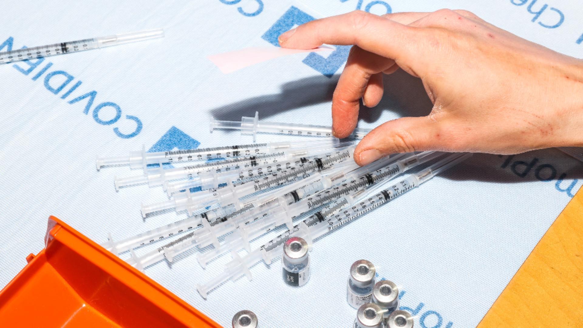 Persoanele care s-au vaccinat cu două doze de ser anti-COVID pot descărca adeverința de vaccinare, în format electronic / Foto: Profi Media