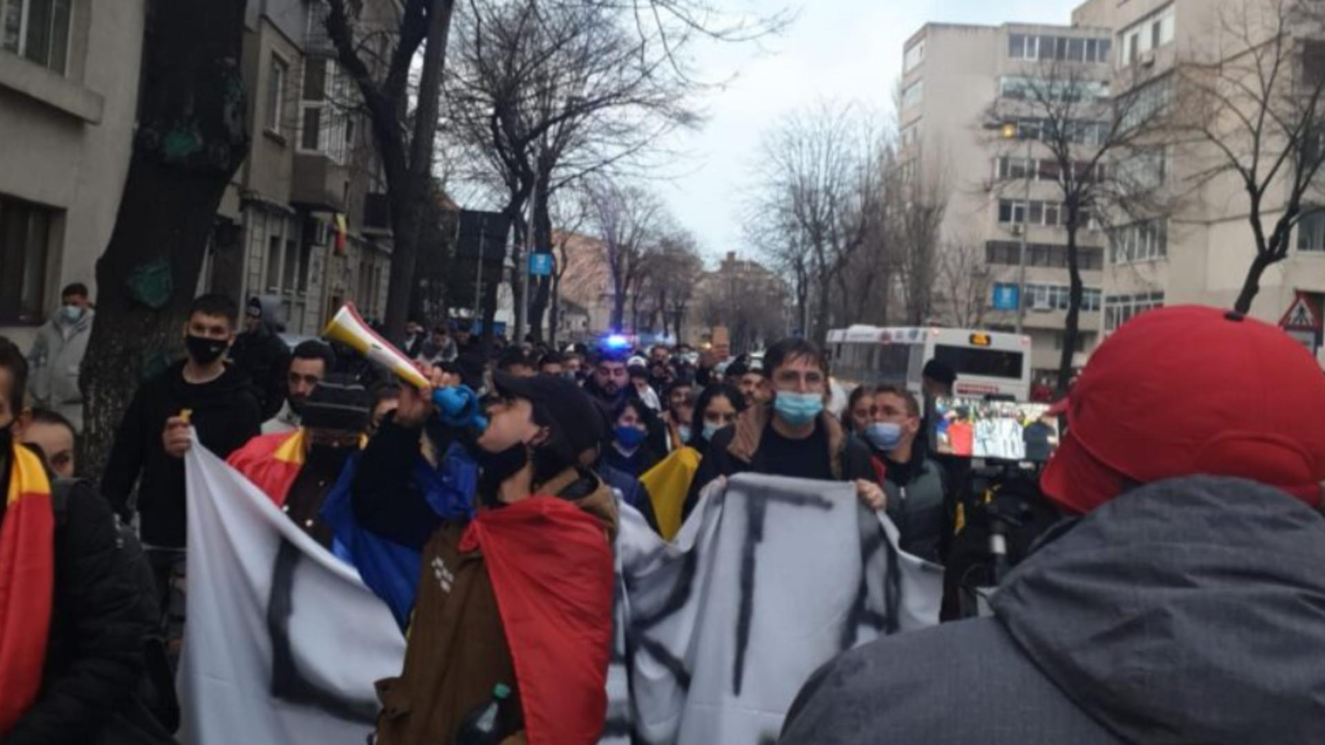 Proteste anti-restricții în Arad, Constanța/Incident violent la Prefectura Constanța Foto: TomisNews.ro