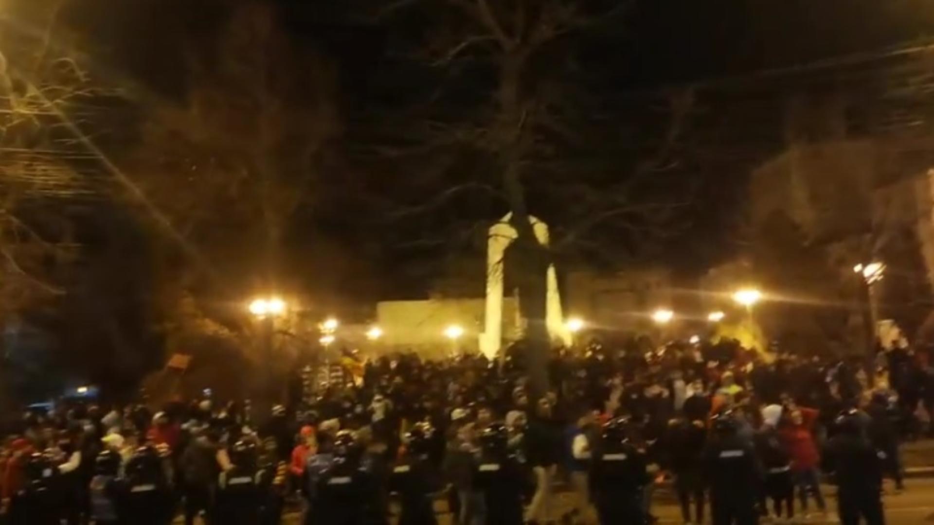 Mai mulți gălățeni, încurajați și de reprezentanți AUR, s-au strâns, luni seara, în fața Prefecturii
