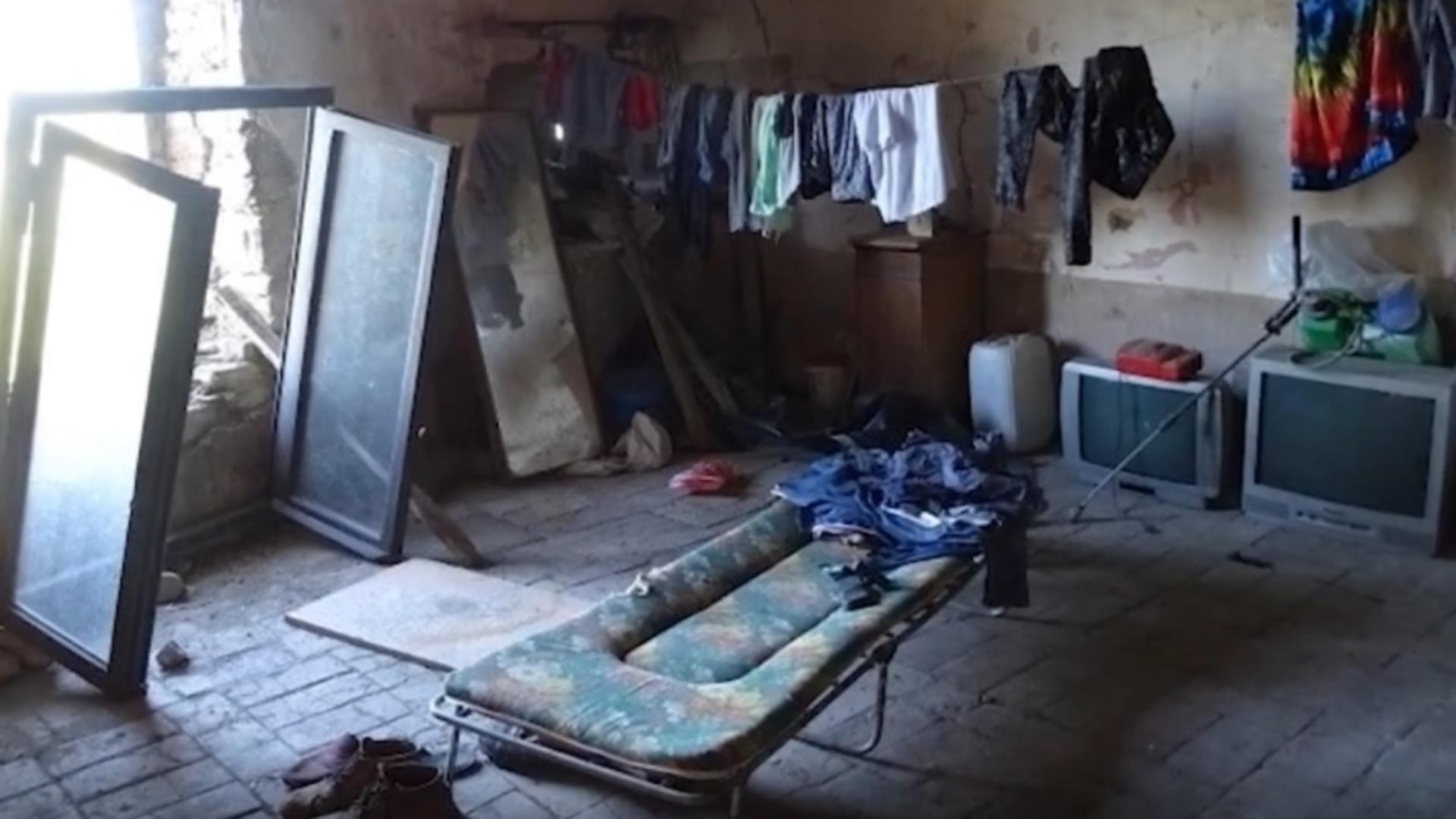 Camera în care erau ținuți doi muncitori români din Italia (foto: questure.poliziadistato.it)