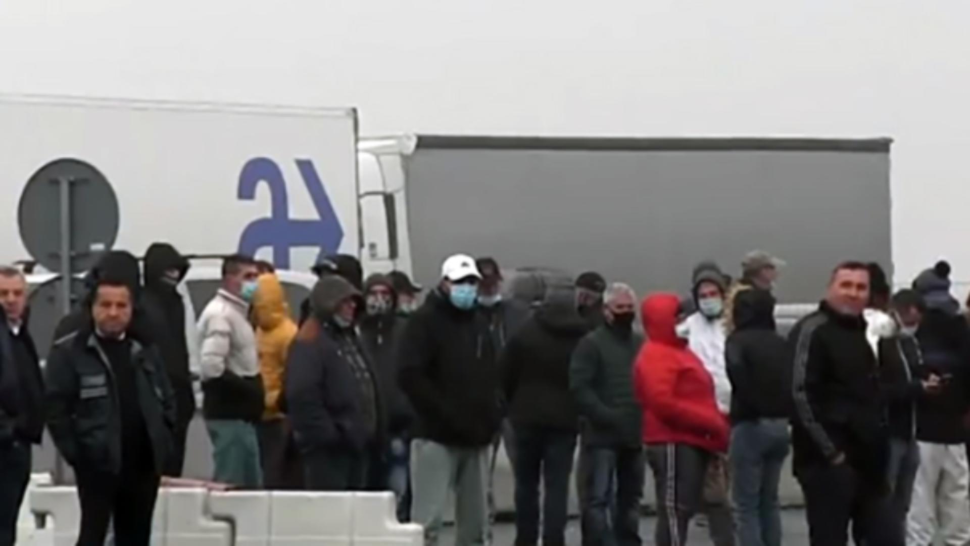 Pasagerii din trei autocare au încercat să intre în ţară cu hârtii false
