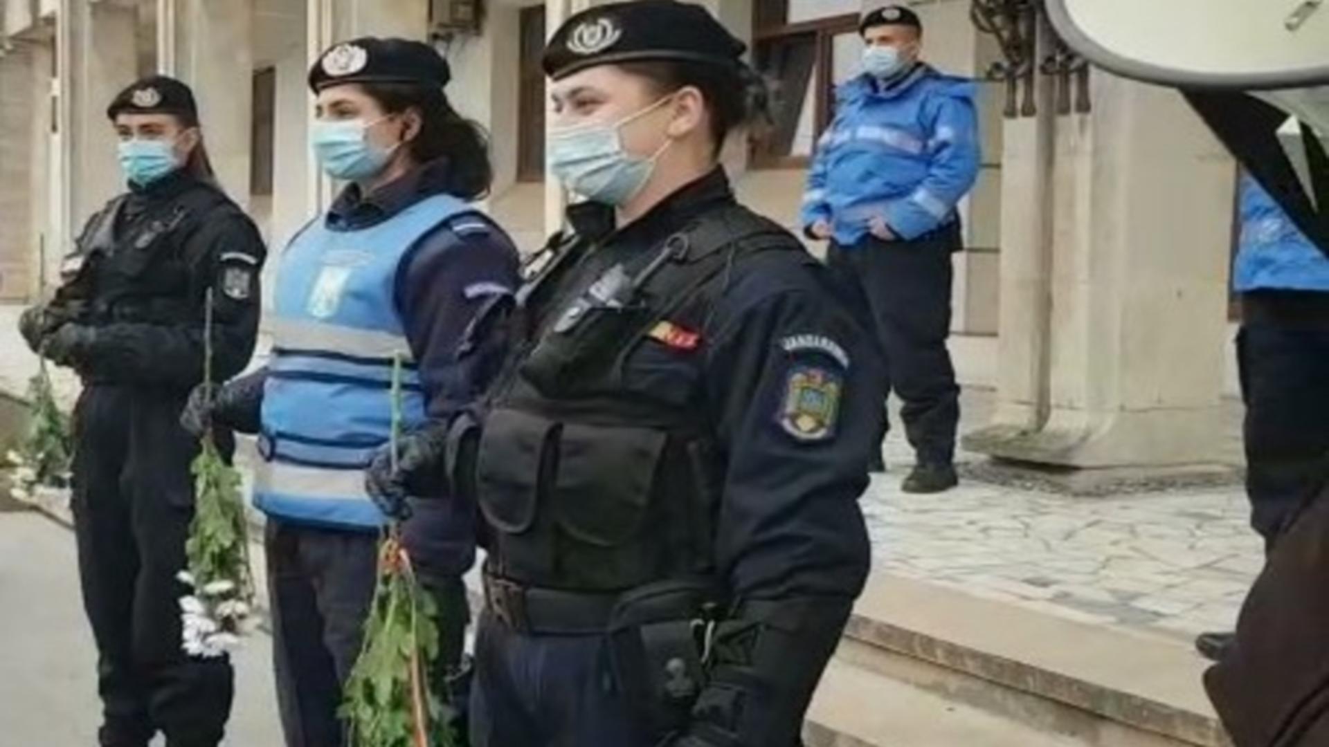 Femeile jandarm au primit flori de la protestatari, la Constanța