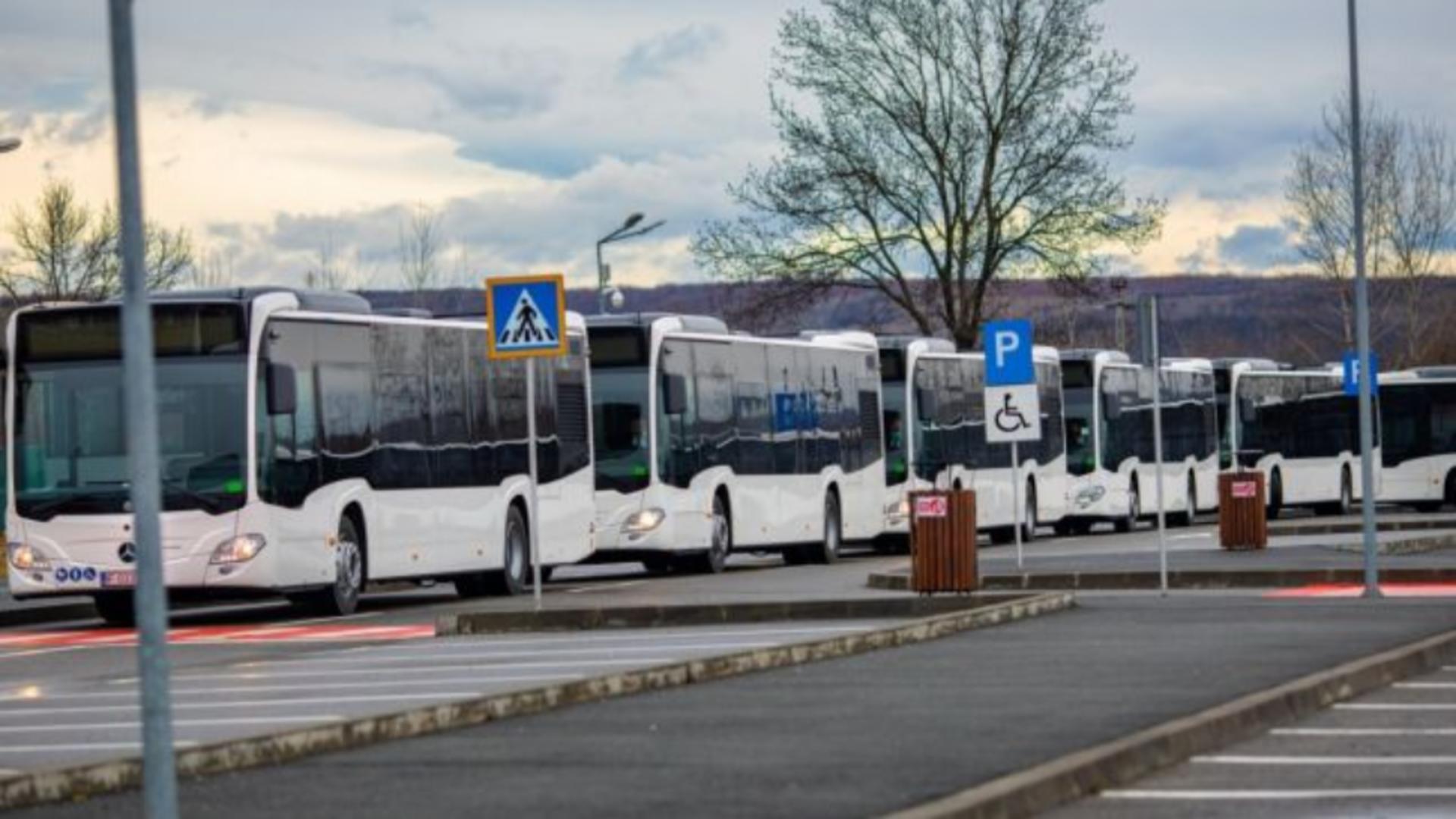Un șofer de autobuz a fost atacat cu sabia
