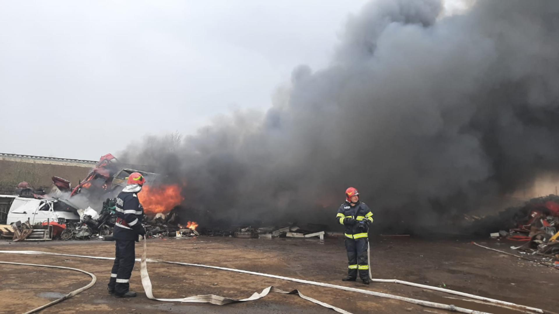 Incendiu de proporții la un centru de colectare