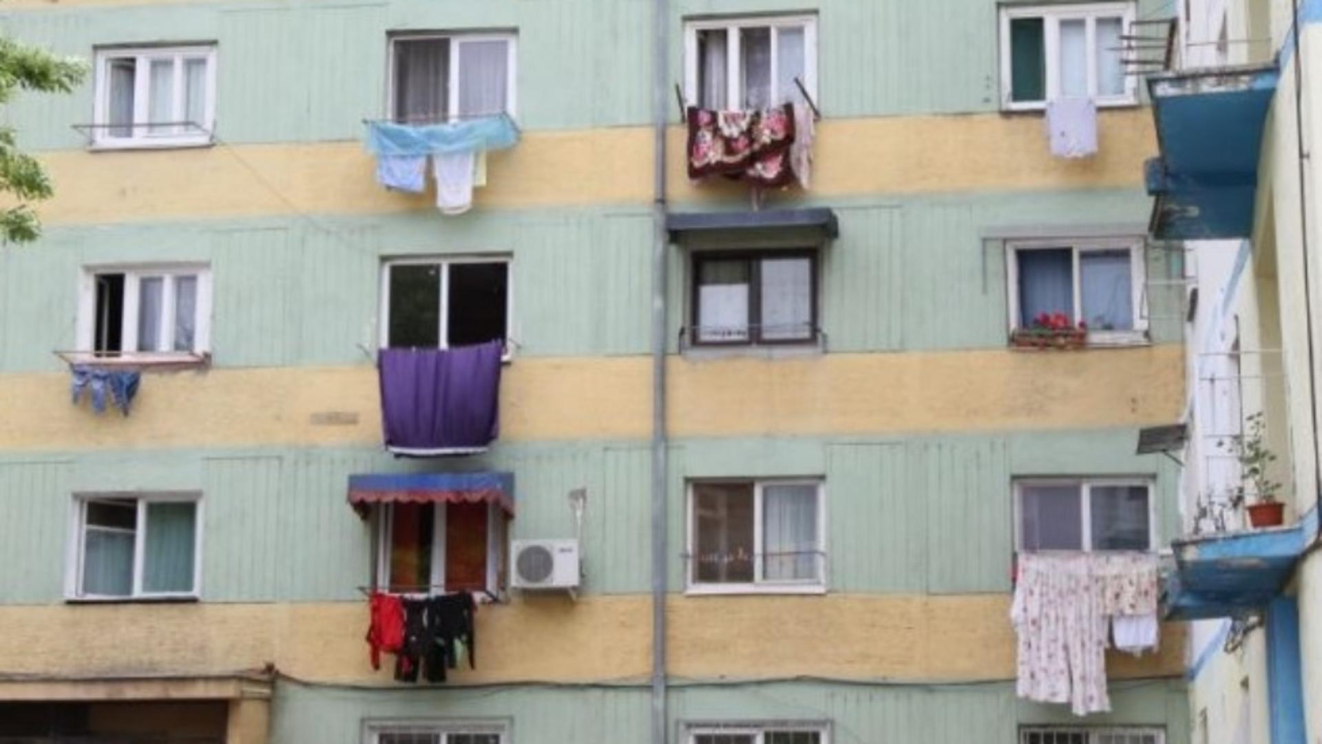 La Constanța, cine își usucă hainele în exteriorul blocului va fi amendat cu 1.000 de lei