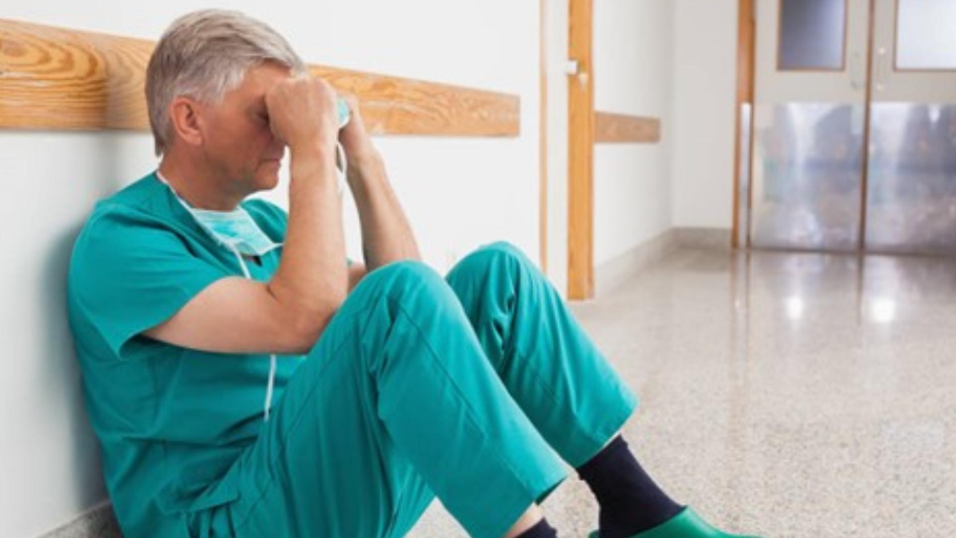 Peste jumătate dintre medicii care tratează pacienți bolnavi de COVID-19 au BURNOUT, după un an de pandemie