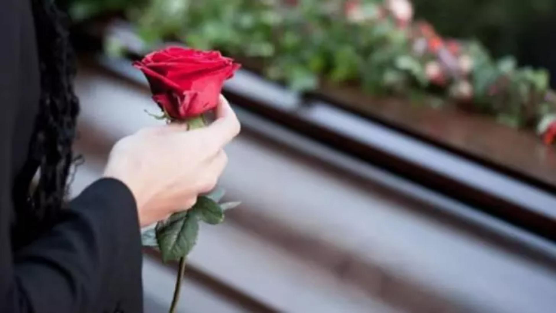Angajații din sistemul de servicii funerare amenință cu proteste din cauza noilor reguli COVID-19