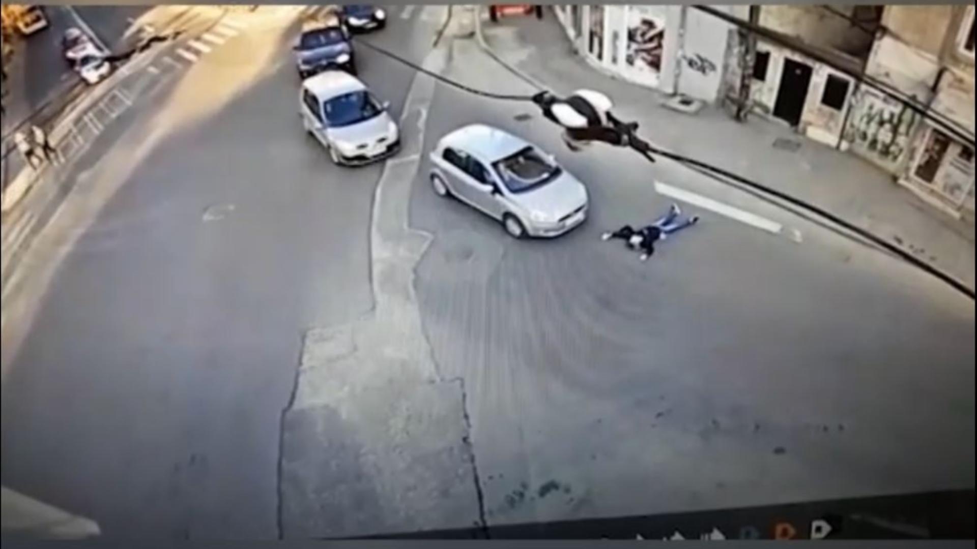 O femeie din București a încercat să-și însceneze propriul accident. N-a putut! Totul a fost filmat!. Caputră video