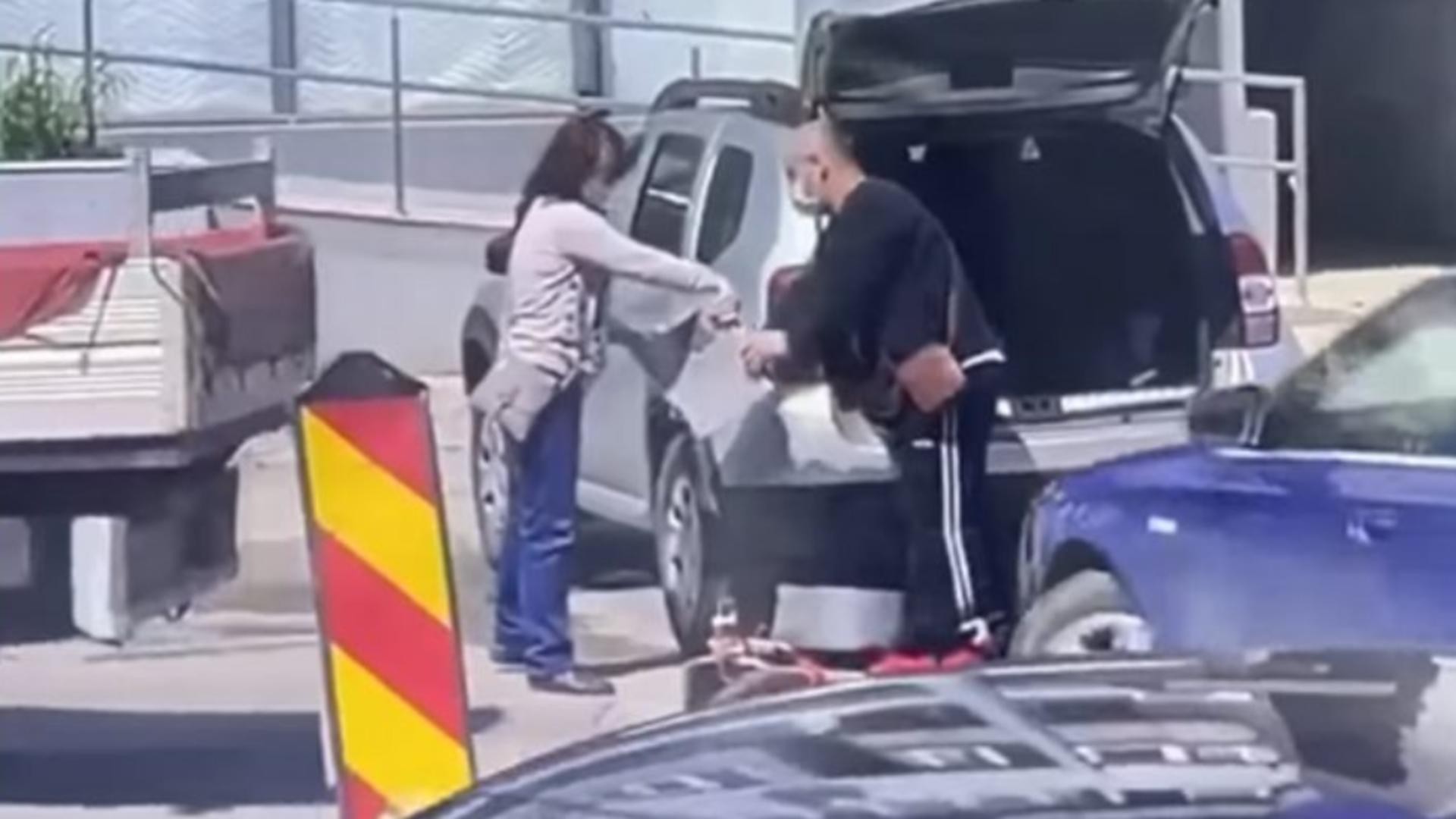 Imagini incredibile - O femeie și un bărbat, surprinși în timp ce furau... trotuarul Foto: Expressdedunare.ro