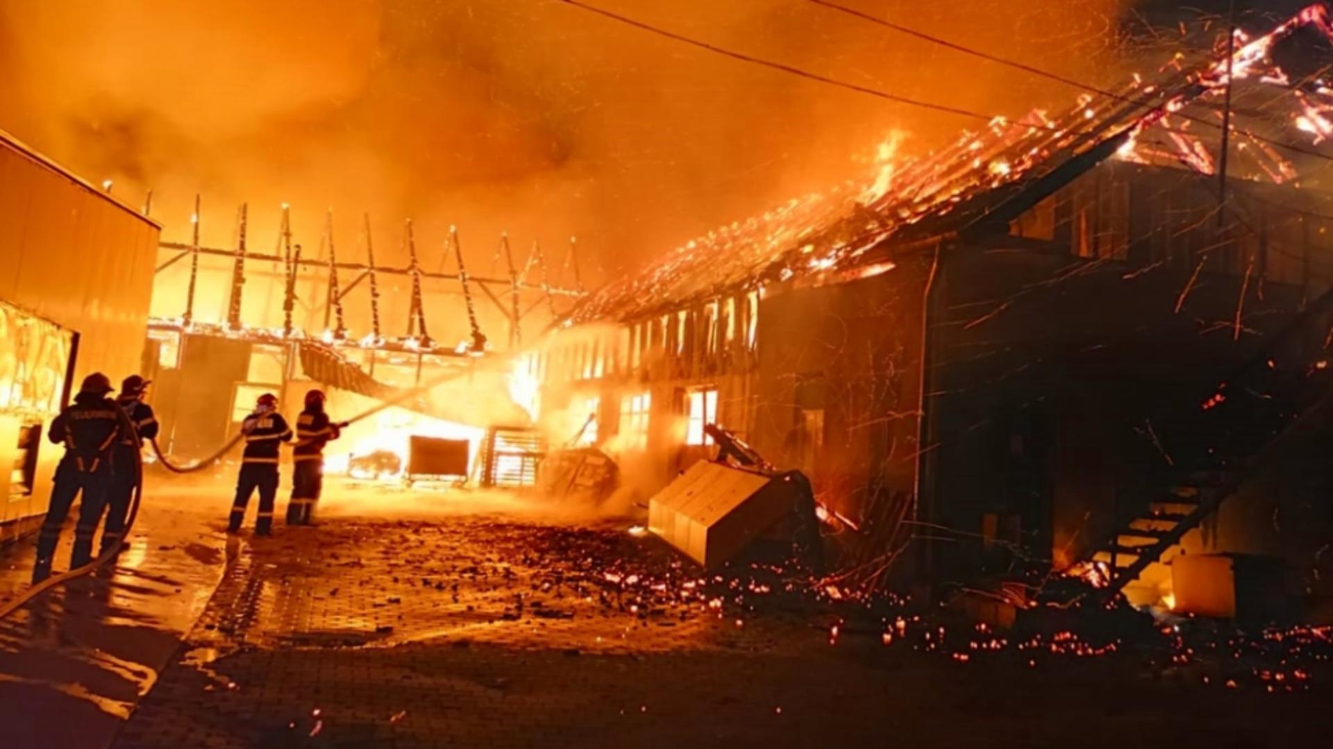 Incendiu la o fabrică de mobilă din Mureș. Foto: Realitatea de Mureș
