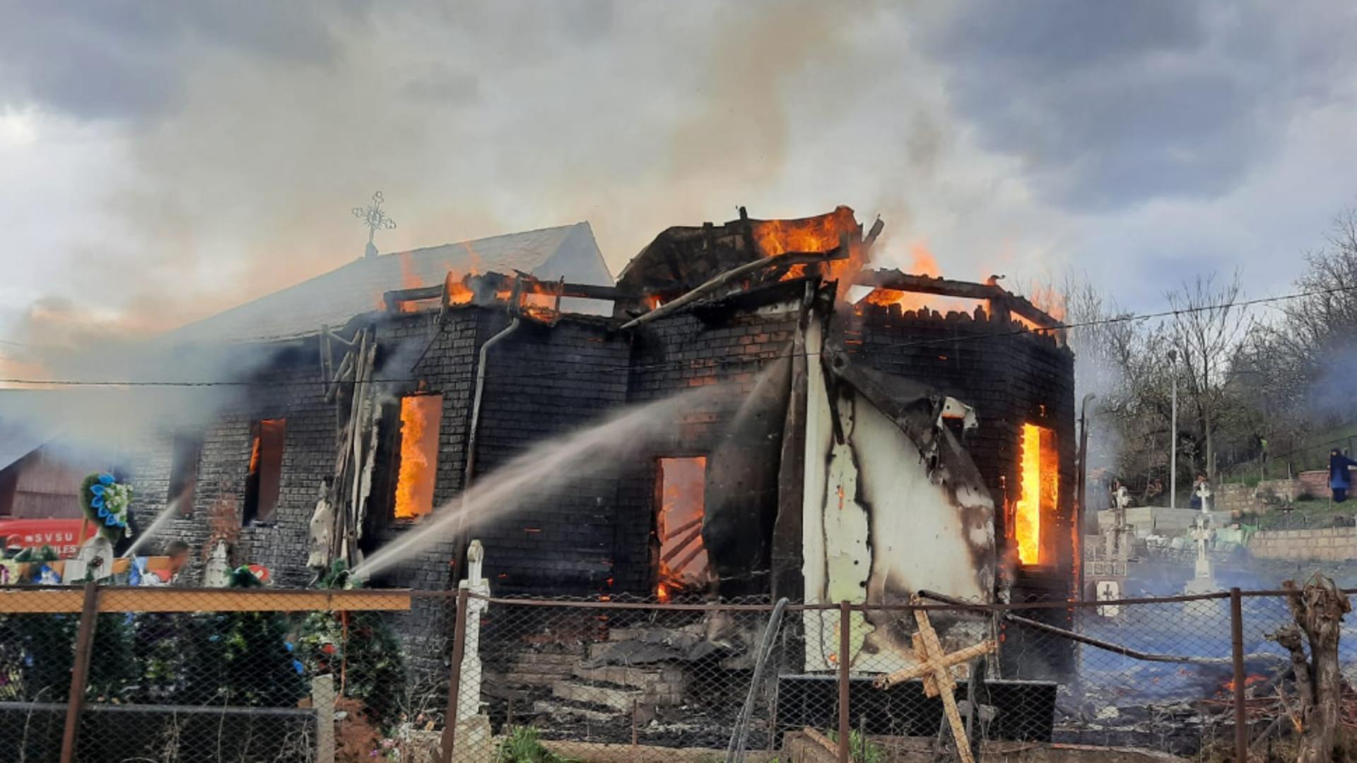 Incendiu violent la o biserică din Topești, județul Vrancea Foto: ISU Vrancea