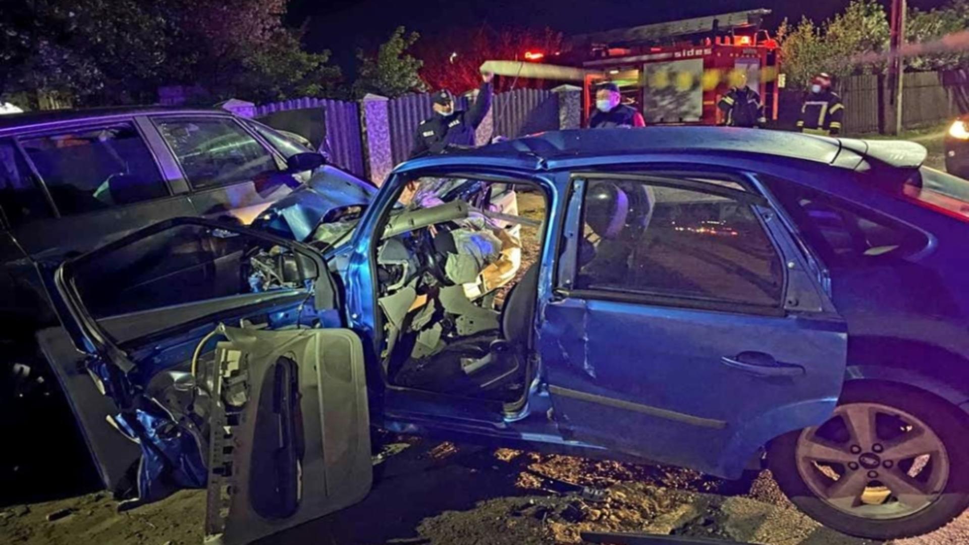 Accidentul s-a produs ca urmare a coliziunii dintre două autoturisme conduse de doi tineri