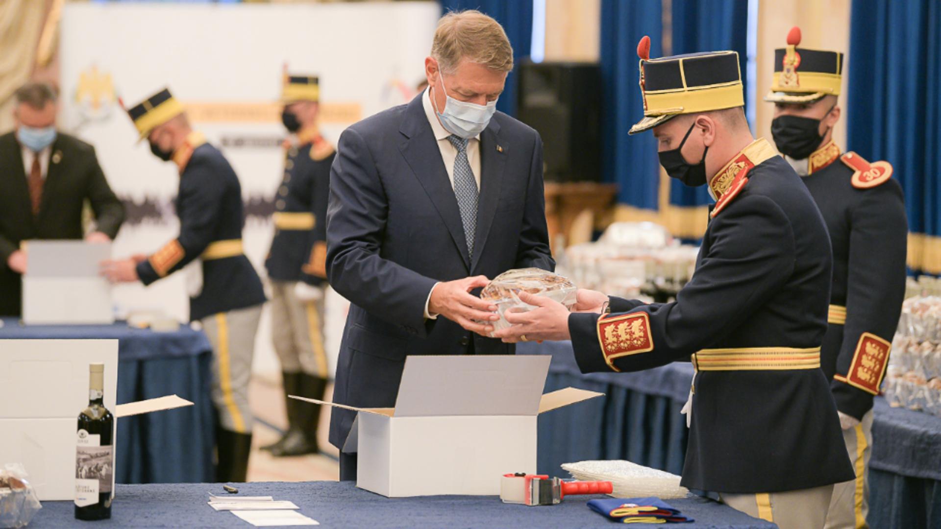 Klaus Iohannis a pregătit cadouri pentru veteranii de război - peste 2.000 vor primi pachetele de Paște Foto: Presidency.ro