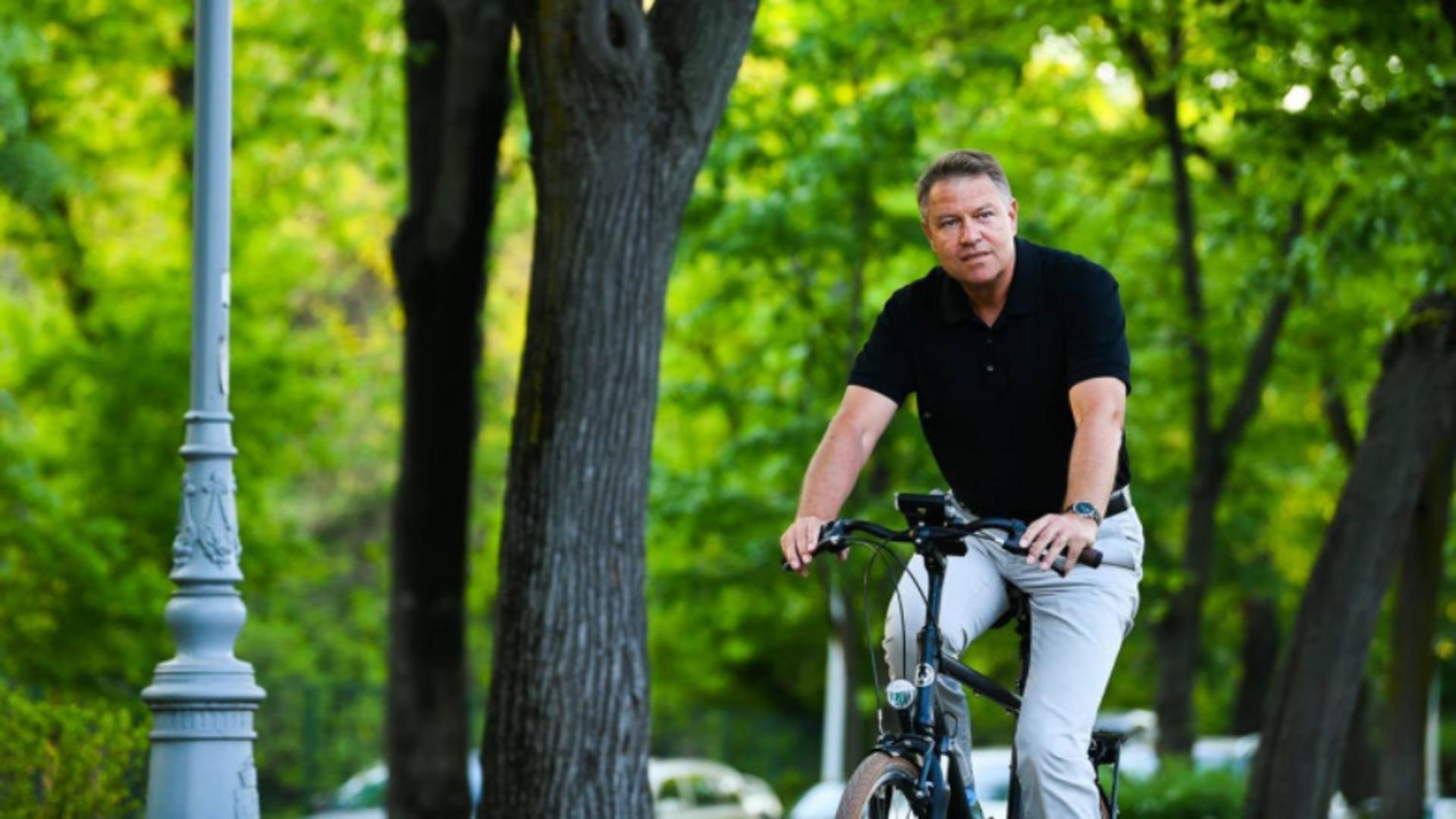 Klaus Iohannis pe bicicletă