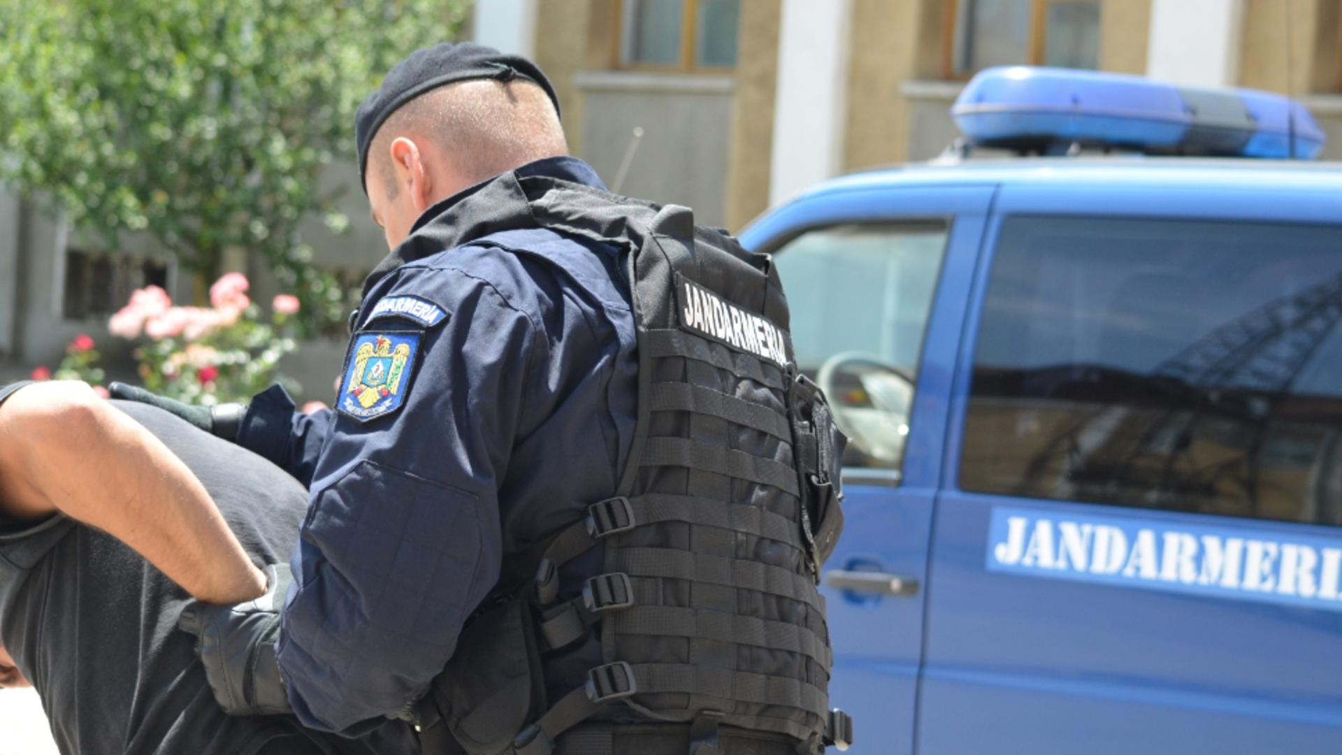 Jandarmii, nevoiți să ia cu forța un pacient din spital. Foto arhivă