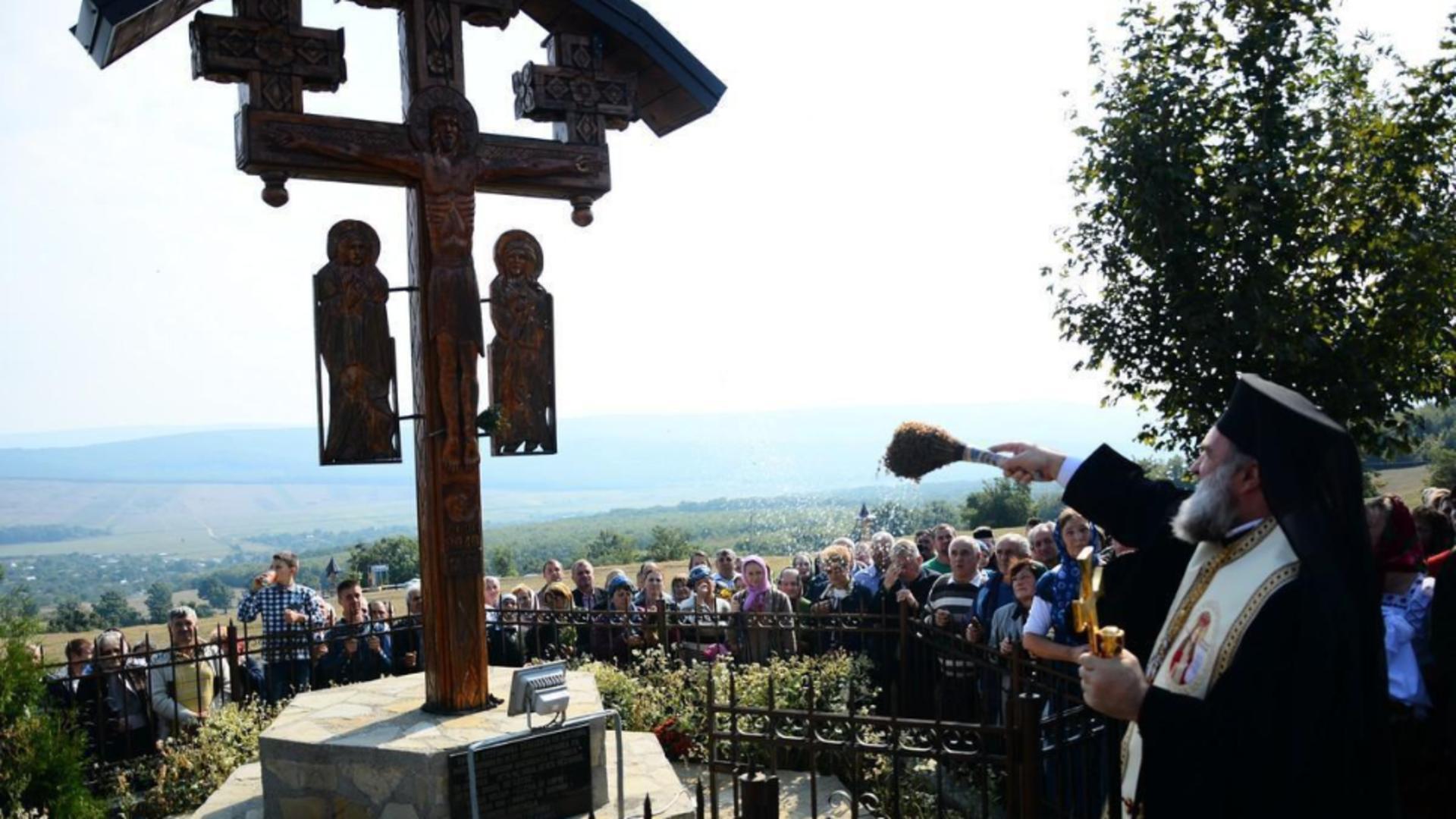 """Procesiune uriașă la mânăstirea Hadâmbu - """"Drumul Crucii"""", parcurs de mii de credincioși în Joia Mare"""