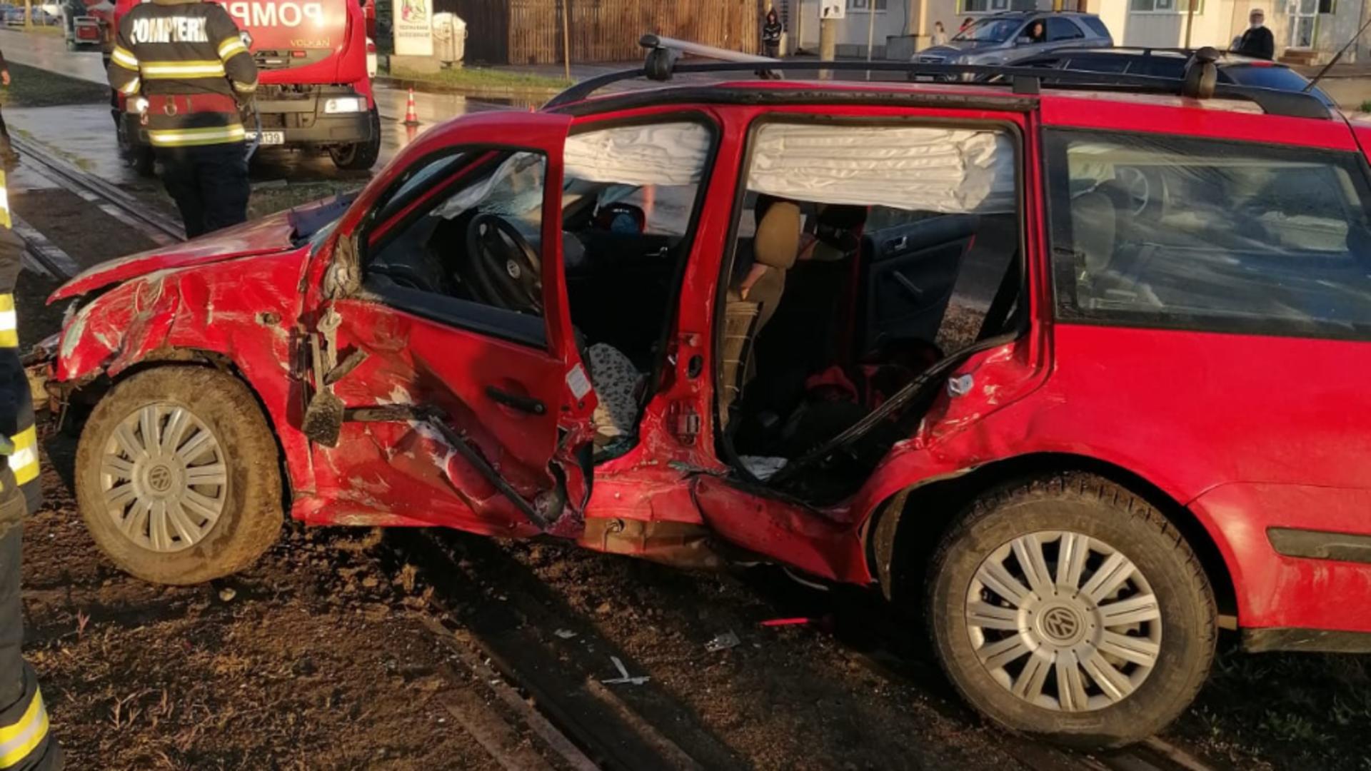 Mașina lovită de tramvai la Iasi