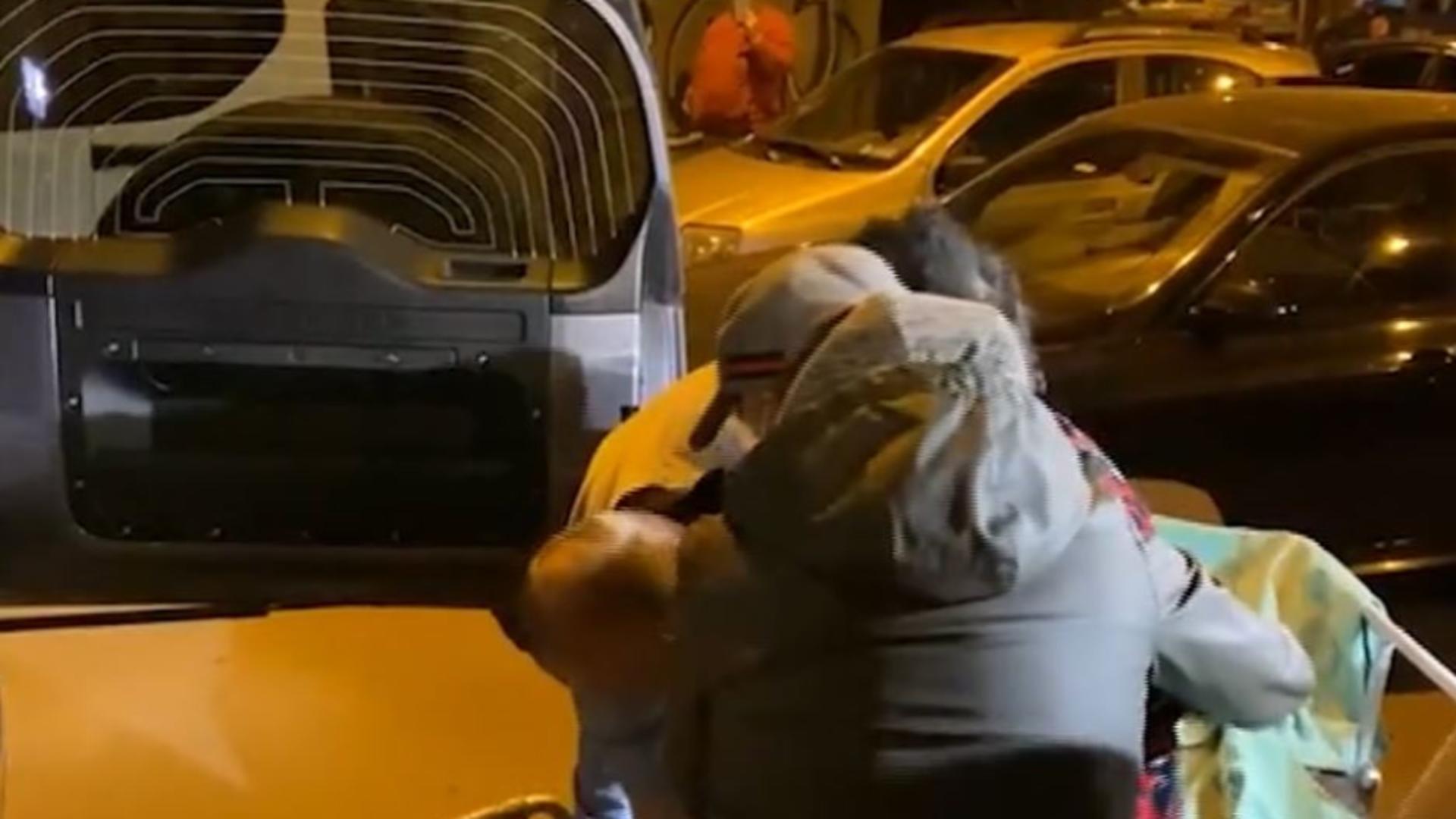 ȘOCANT! Pacientă luată din spital și transportată în portbagajul mașinii! Captură video