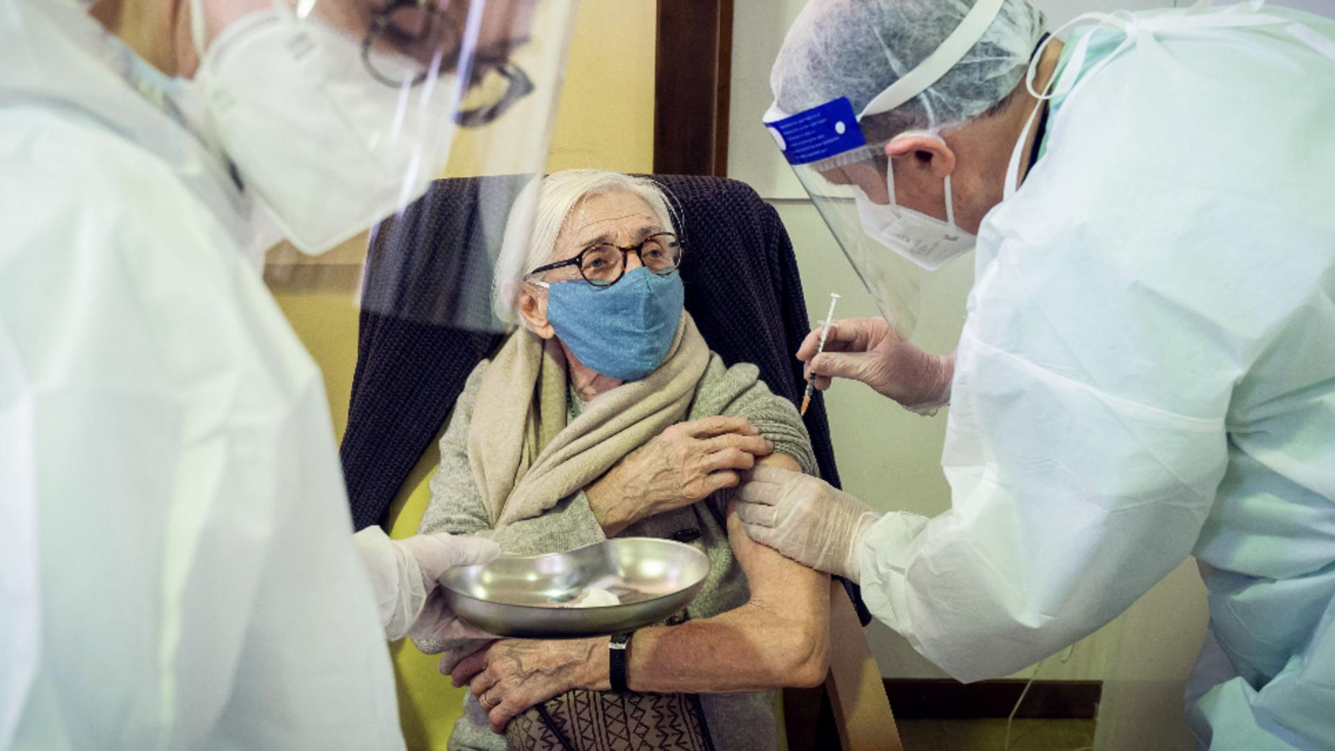 Studiu despre anticorpii dezvoltați de persoanele vârstnice după vaccinare