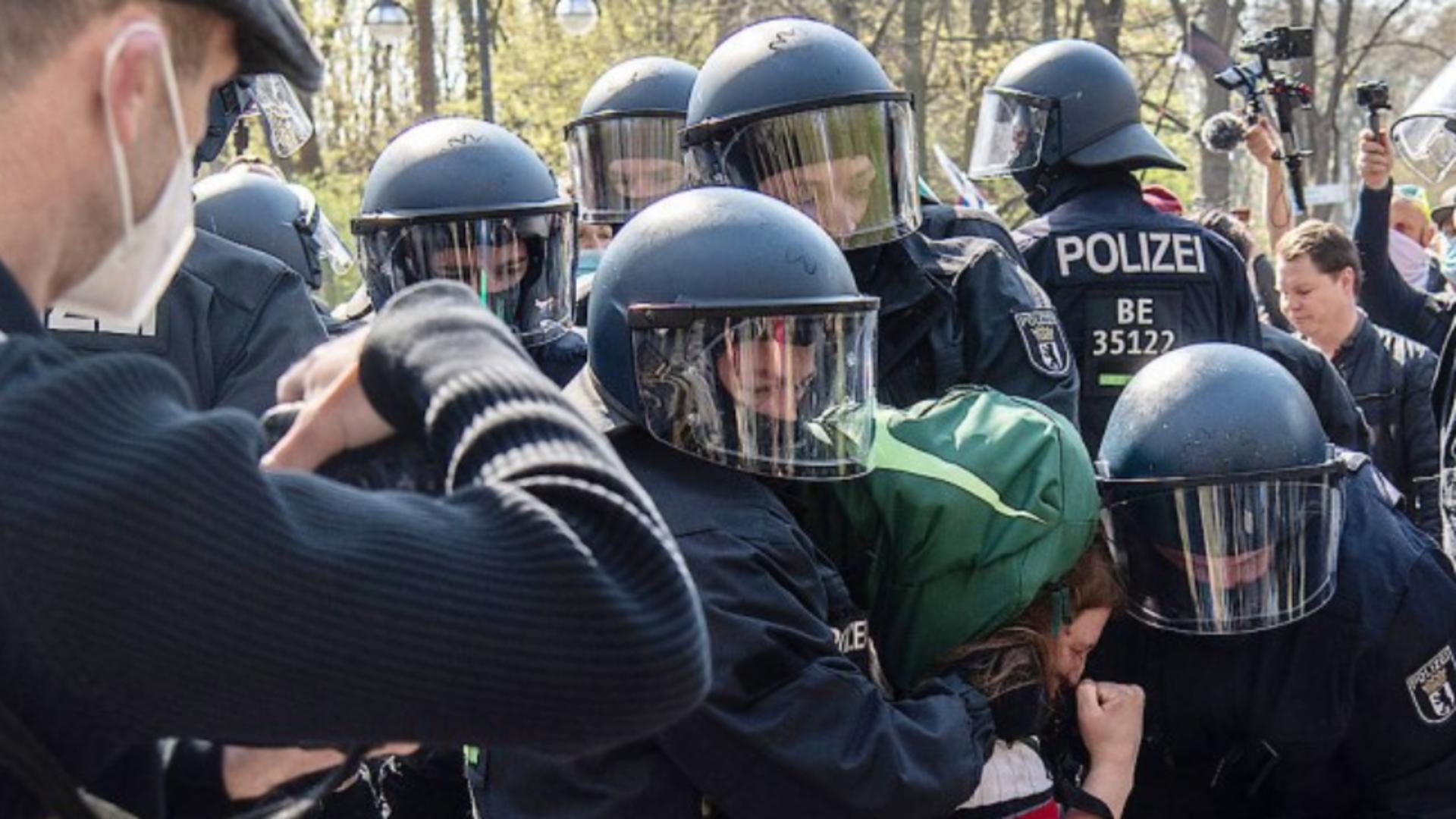 Proteste violente la Berlin față de restricțiile dure pregătite de Cabinetul Merkel