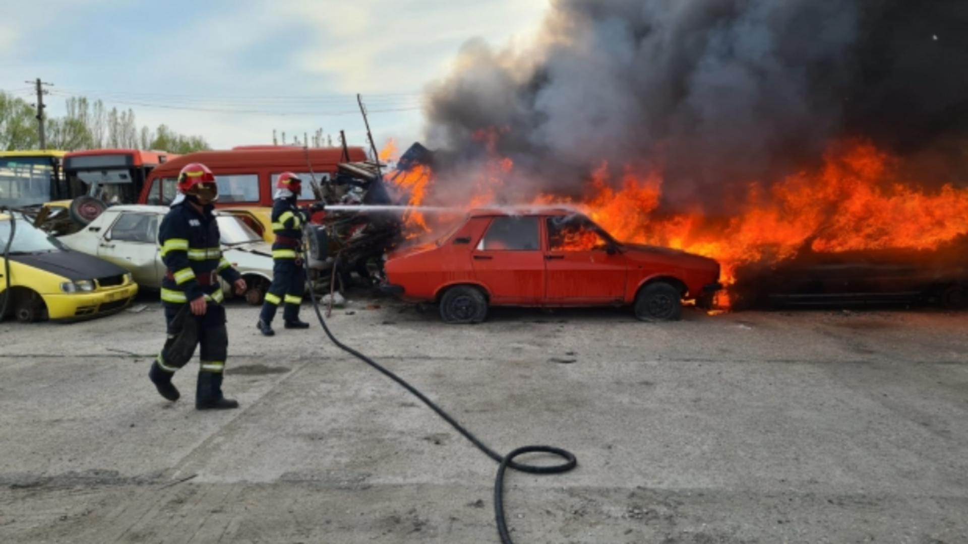 Incendiu la un parc auto ar Regiei de Transport Craiova. Foto/Captură video